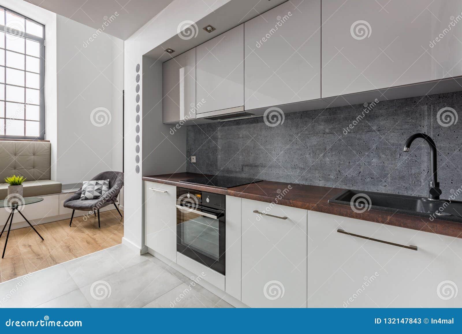 Cuisine Avec Le Plan De Travail Noir De Granit D\'évier Image stock ...