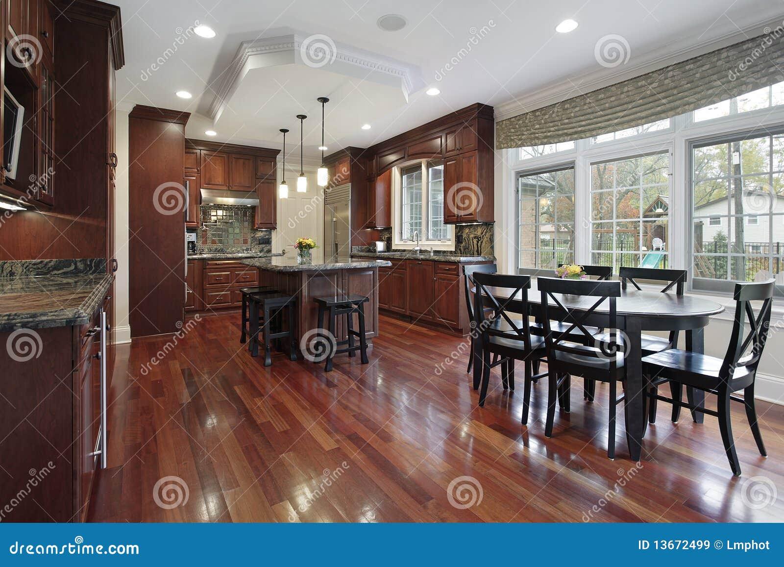 Cuisine avec le plancher en bois de cerise images libres for Plancher bois cuisine