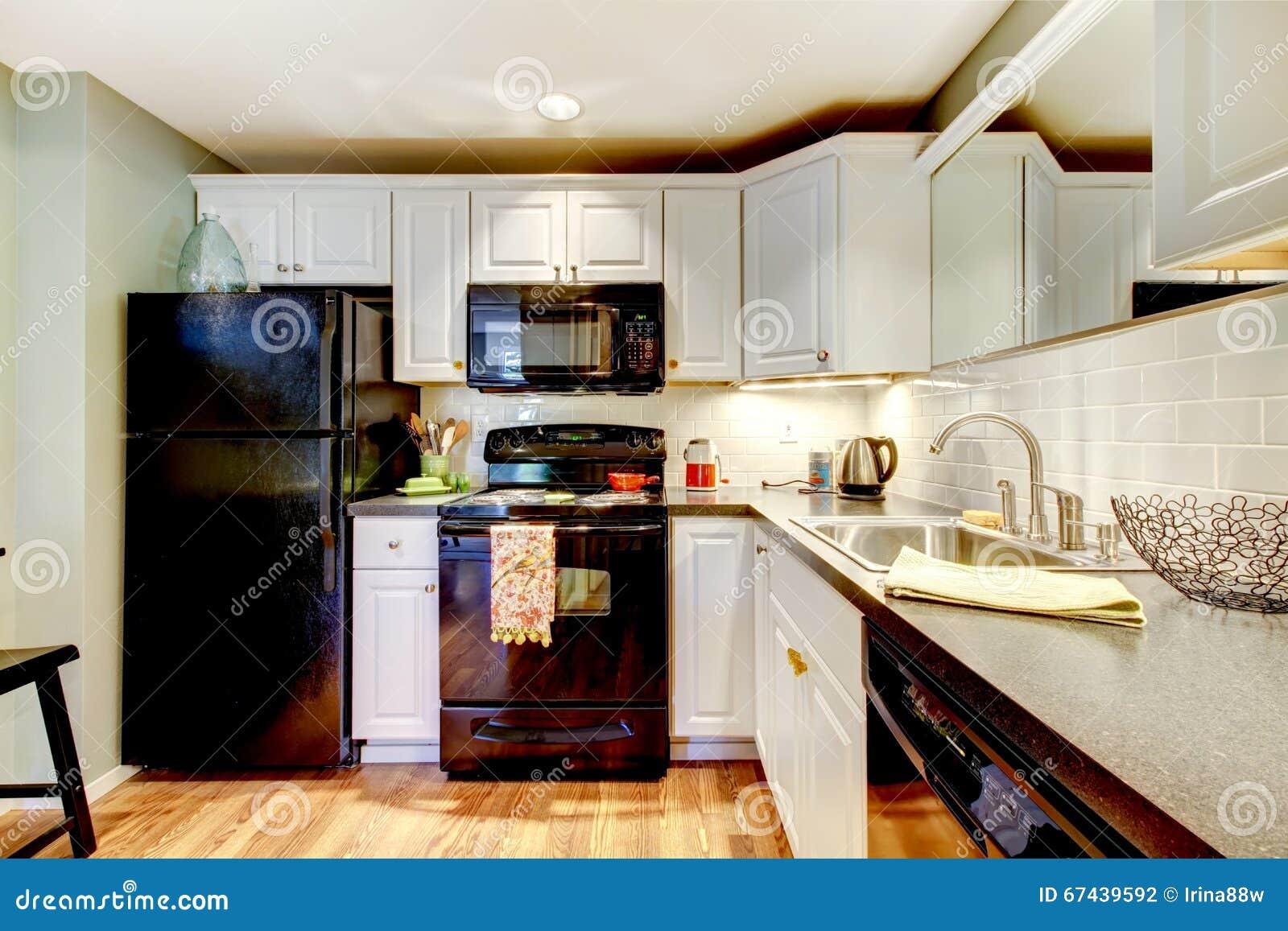 Cuisine avec le r frig rateur noir le fourneau le four et le compteur gris photo stock - Cuisine avec frigo noir ...