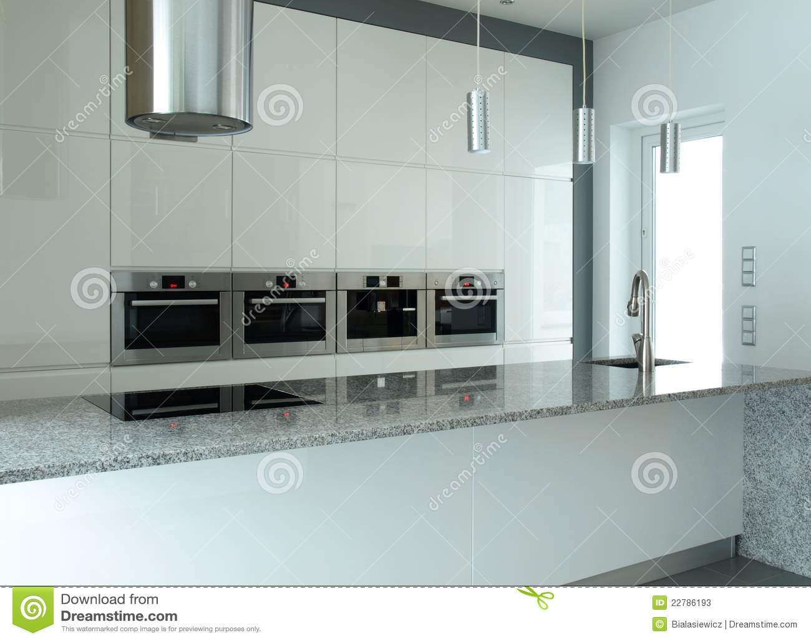 Cuisine moderne dans blanc et le gris avec la partie supérieure du