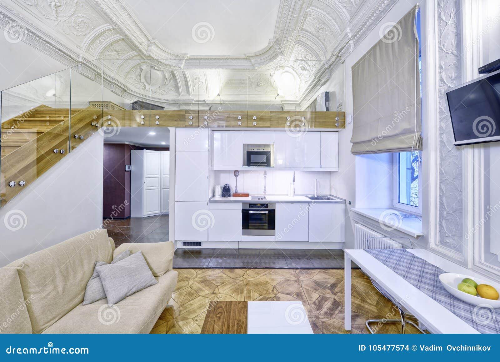 50457ee579dd3b Appartement duplex classique de conception intérieure avec les bâtis blancs  de mur et de plafond