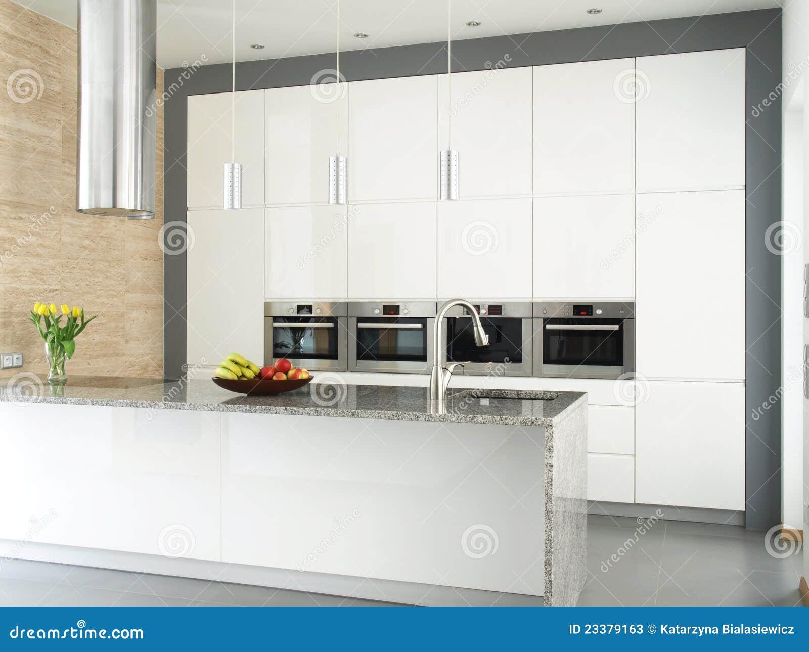cuisine blanche l gante avec le mur en pierre de. Black Bedroom Furniture Sets. Home Design Ideas