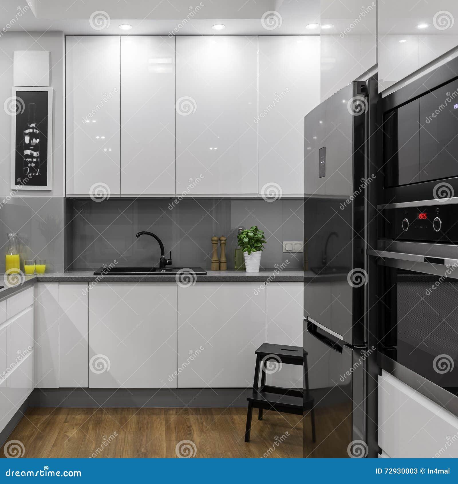 Cuisine Blanche Moderne Image Stock. Image Du Diner