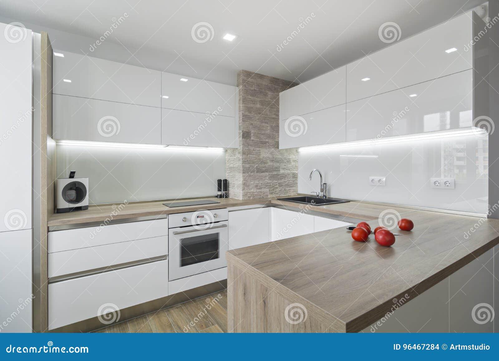Cuisine Blanche Moderne Et Lumineuse Avec Une Conception Simple