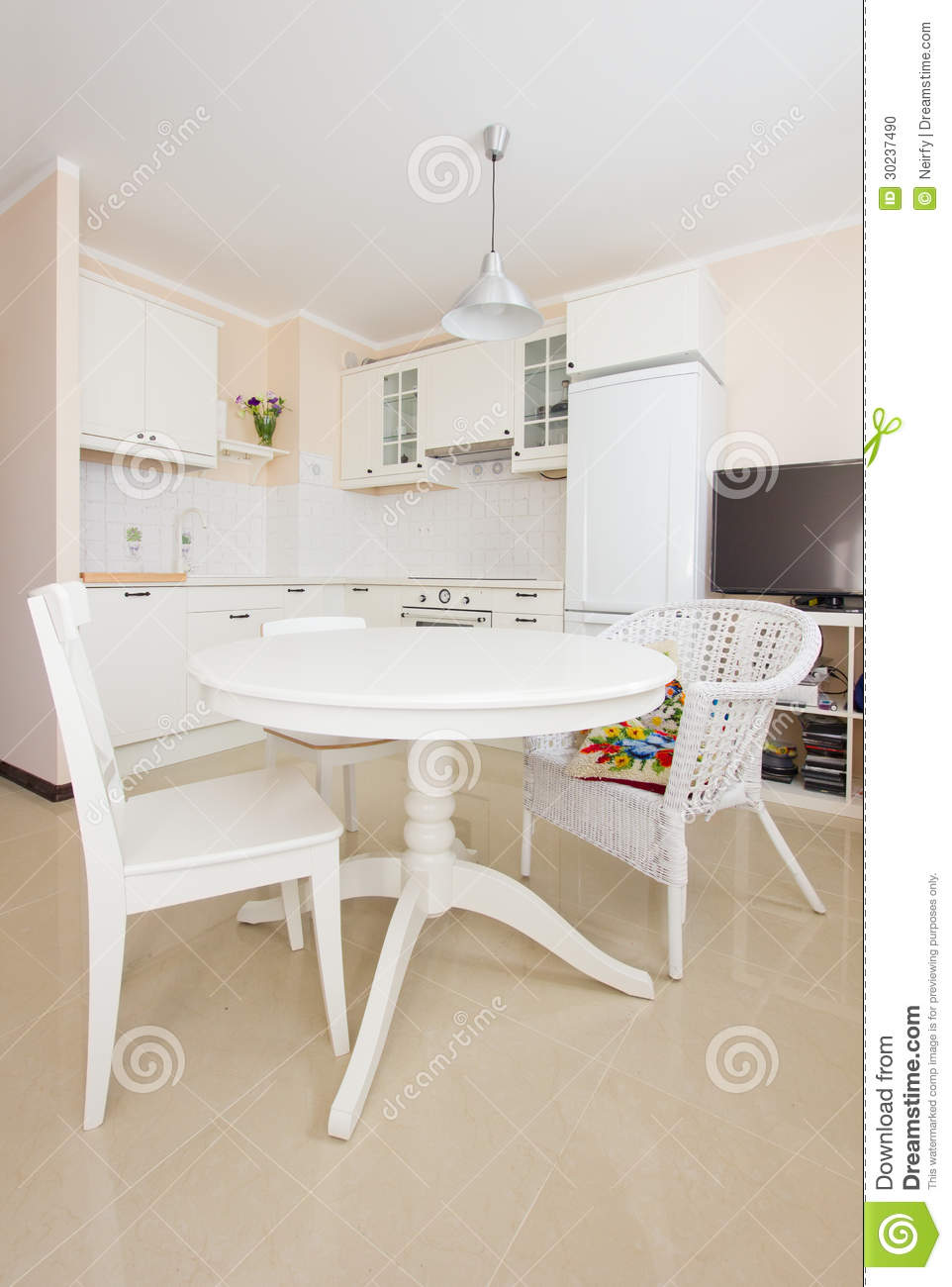 cuisine blanche de rustique avec la table dinning photo stock image 30237490. Black Bedroom Furniture Sets. Home Design Ideas