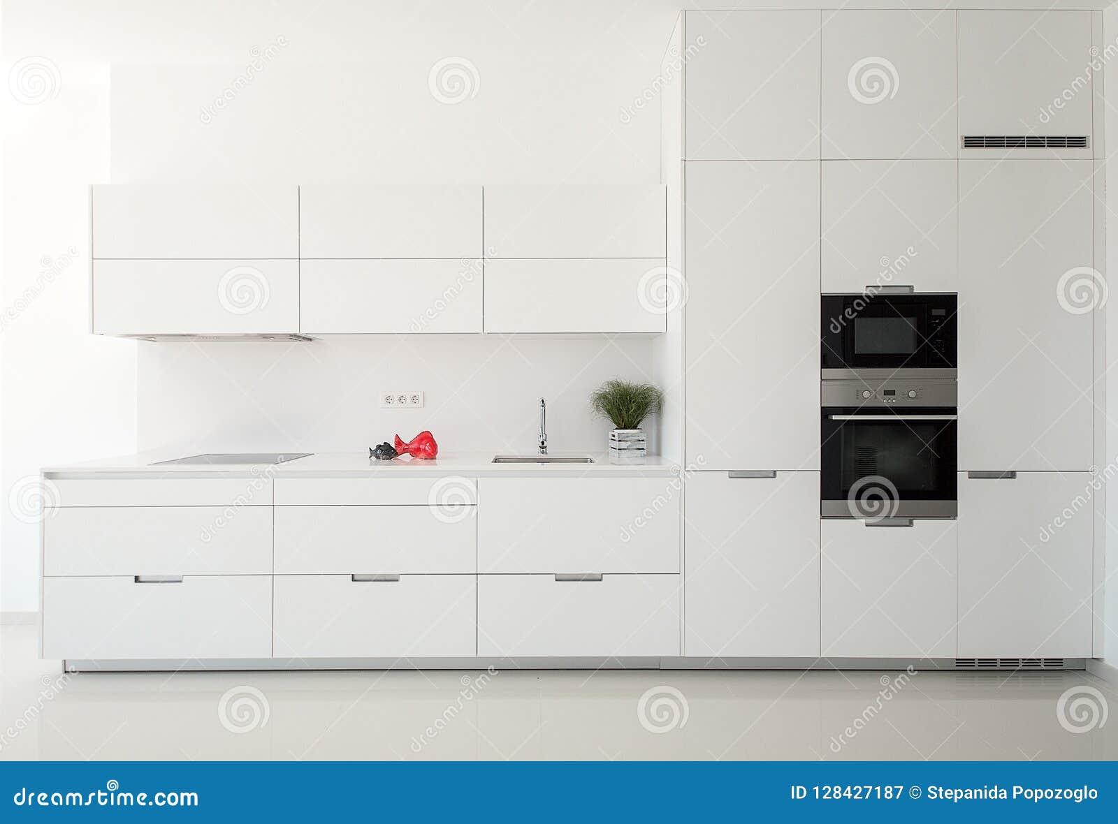 Cuisine classique vide blanche dans la vue de face Appareils de cuisine