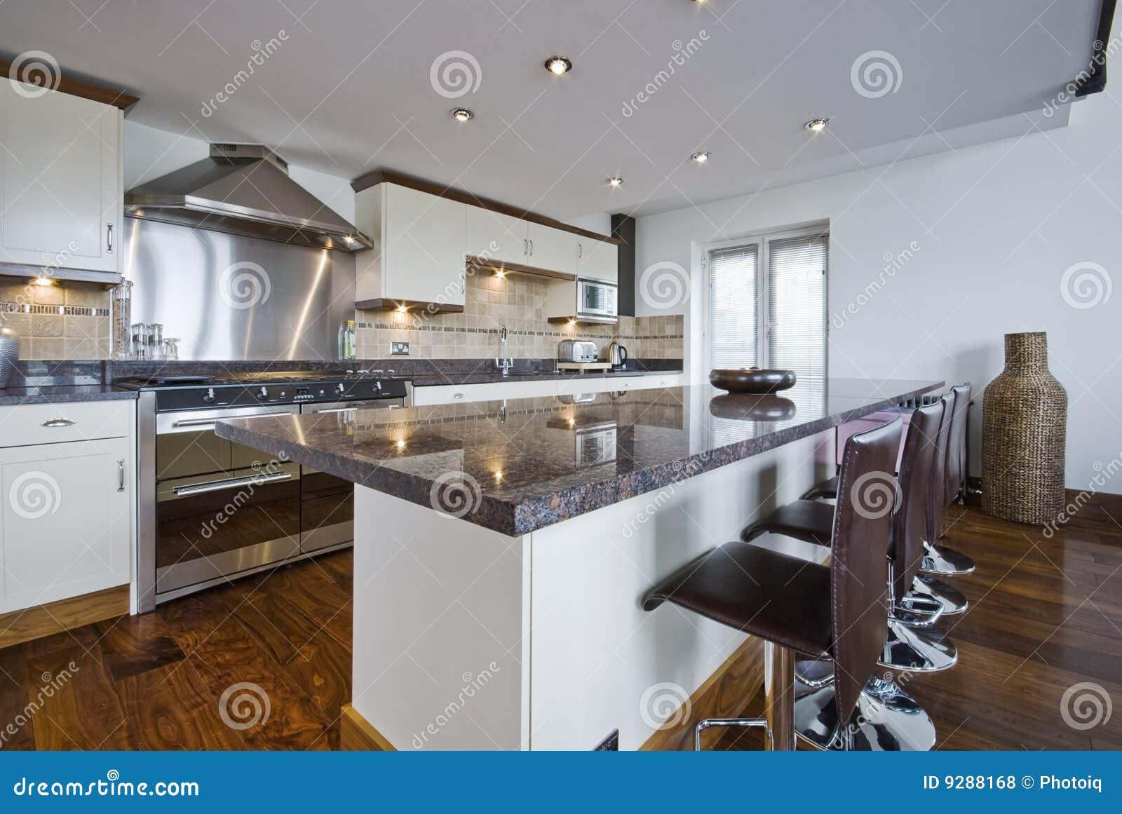 cuisine contemporaine avec un bar de d jeuner photos libres de droits image 9288168. Black Bedroom Furniture Sets. Home Design Ideas