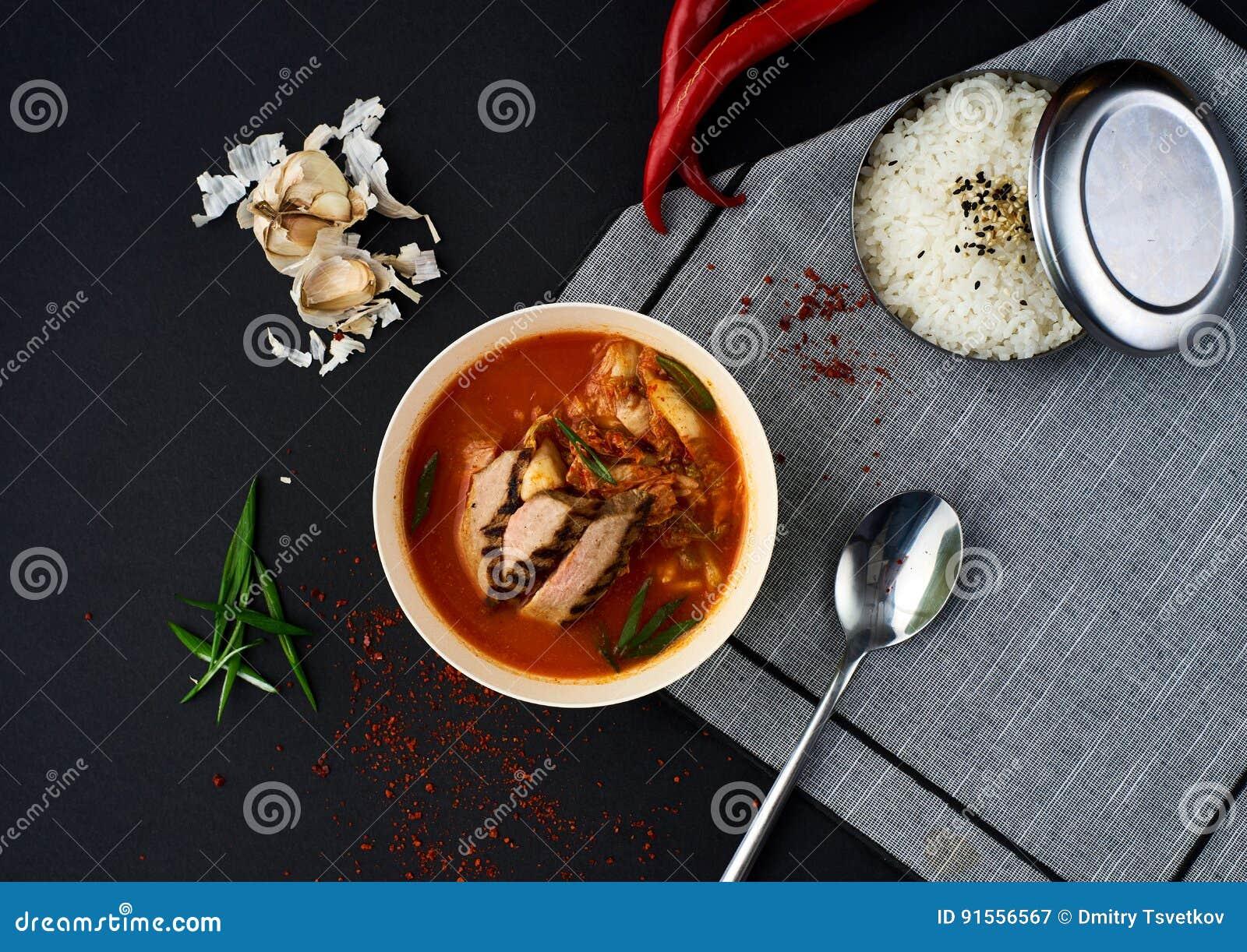 Cuisine coréenne Soupe à Kimchi sur le fond noir