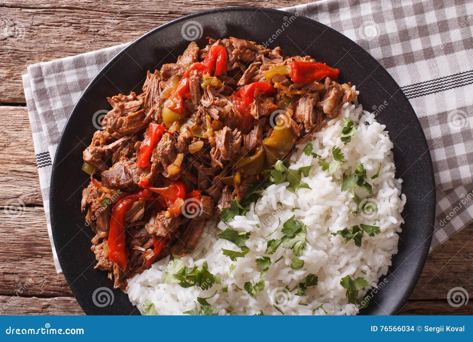 Cuisine cubaine : la viande de vieja de ropa avec du riz garnissent le plan rapproché