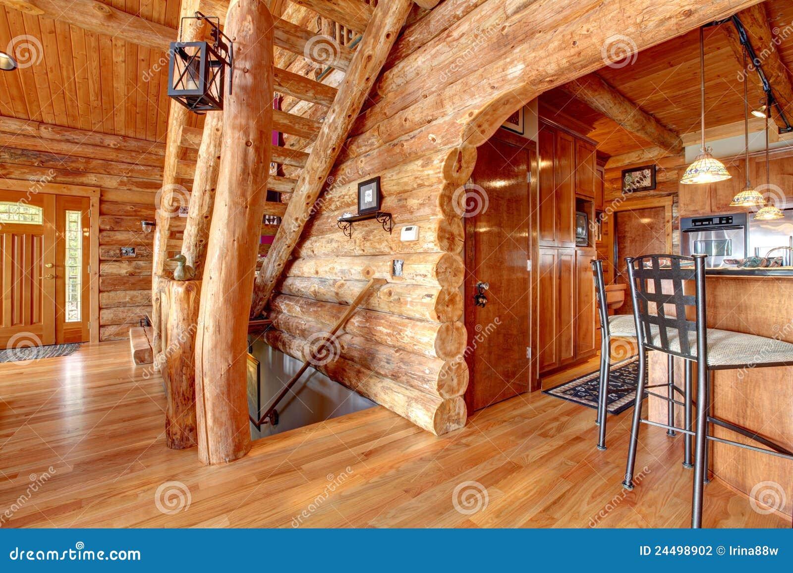 Cuisine de cabine de log et intérieur d escalier.