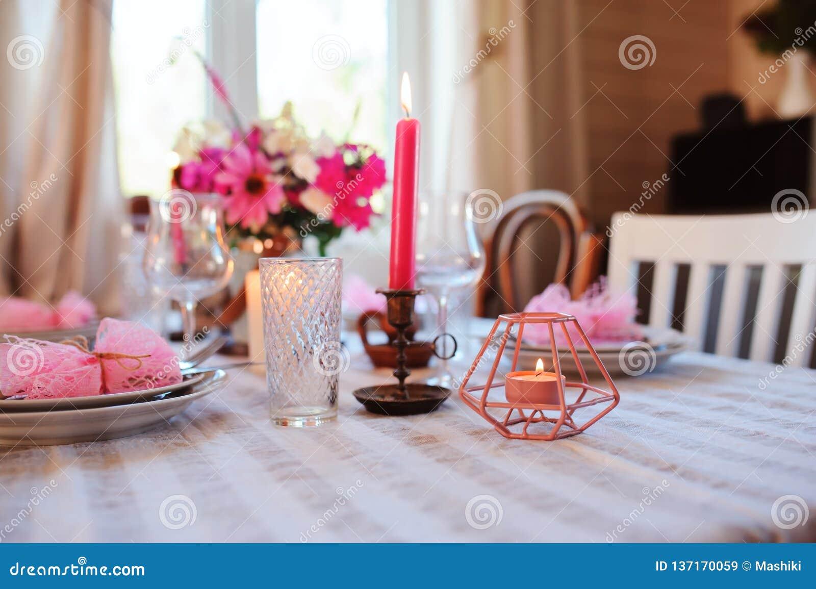 Cuisine de cottage d été décorée pour le dîner de fête Arrangement romantique de table avec des bougies