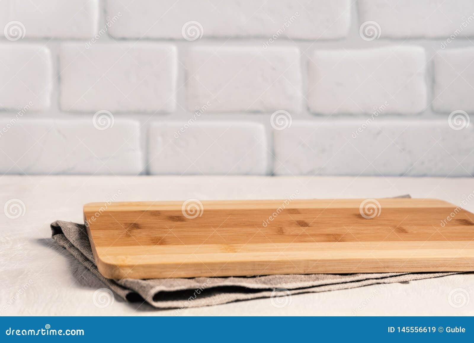 La Plinthe Du Mur cuisine de fond avec la planche à découper sur la table en