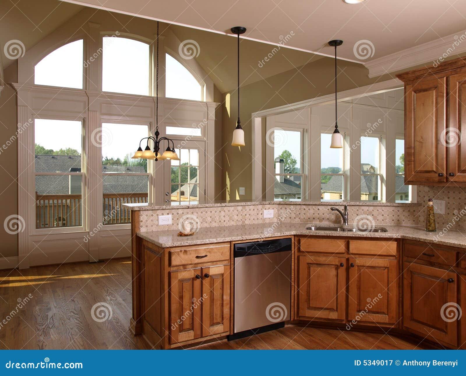 Cuisine de luxe dérable de maison modèle avec lhublot photographie stock libre