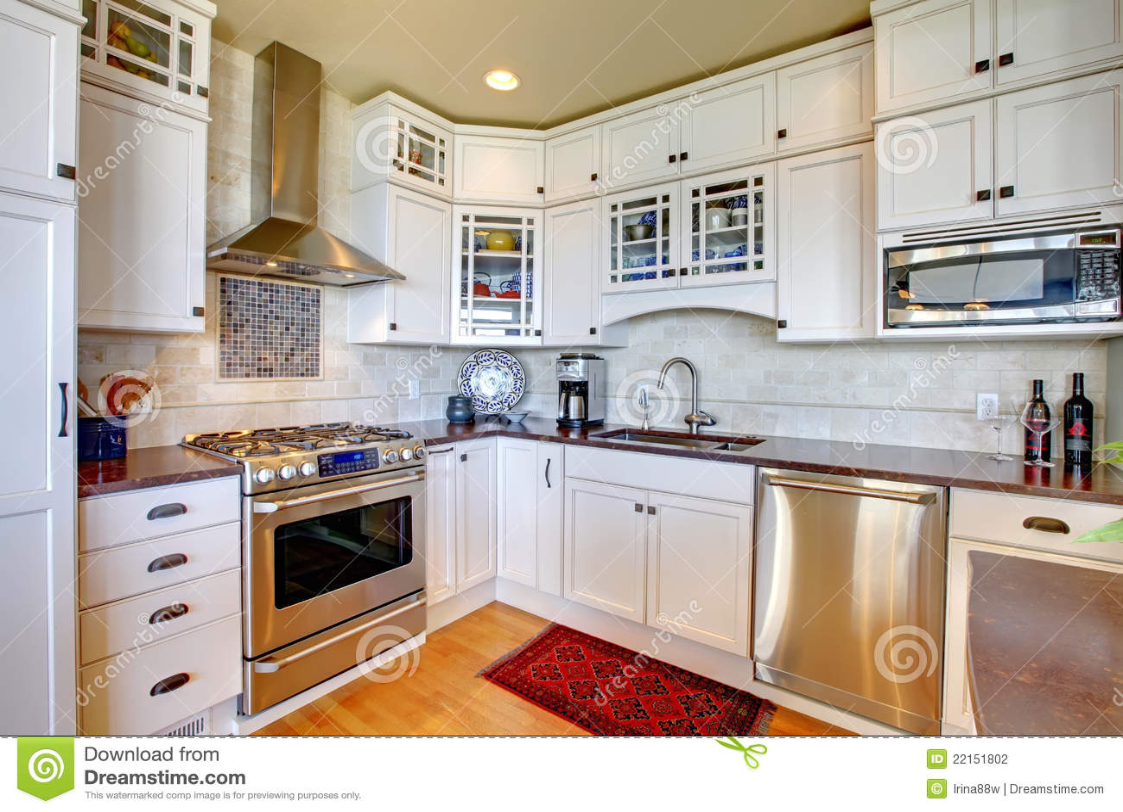 cuisine de luxe neuve blanche avec les appareils modernes photographie stock image 22151802. Black Bedroom Furniture Sets. Home Design Ideas