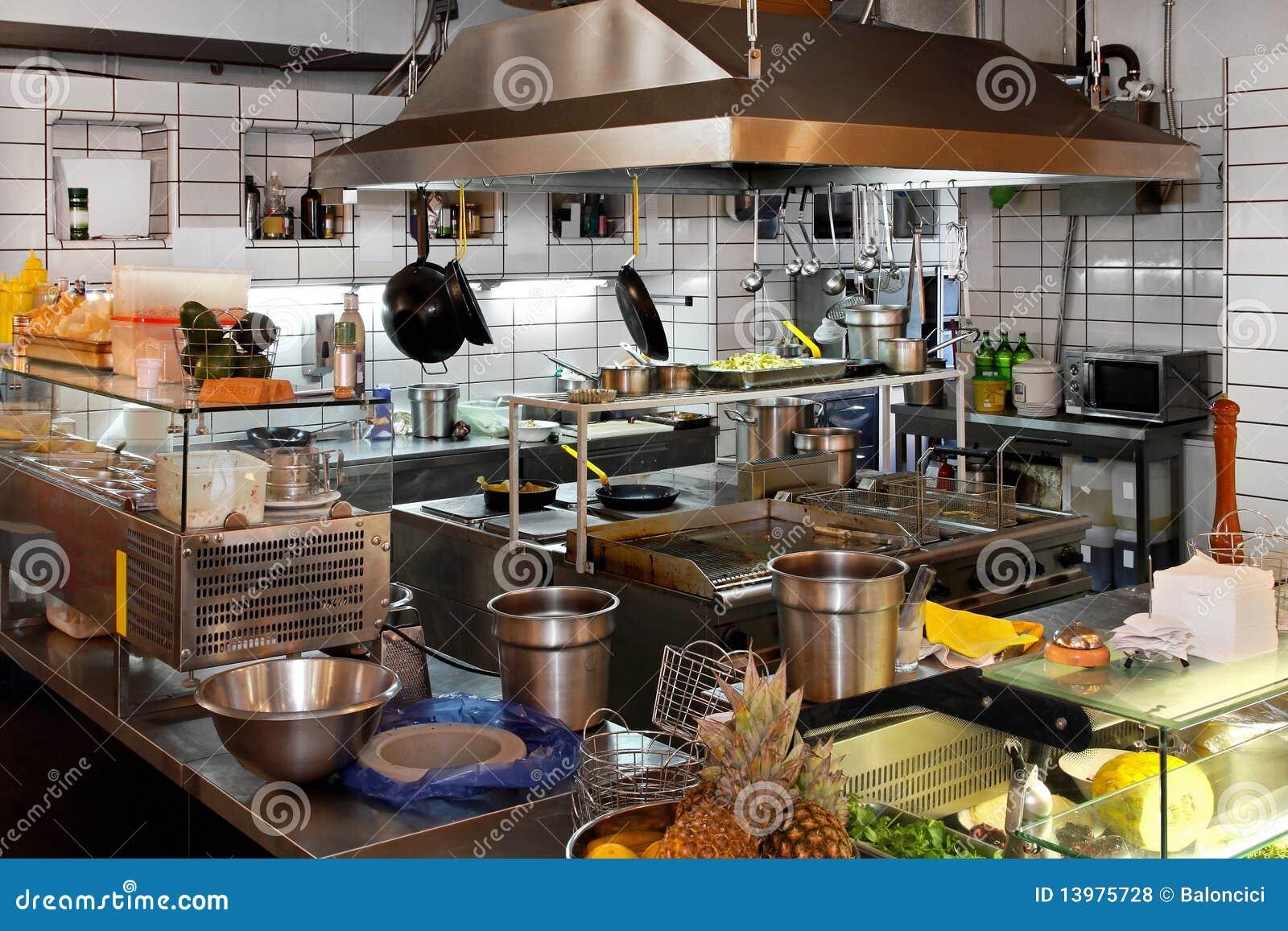 Cuisine de restaurant photos libres de droits image for Achat cuisine professionnelle