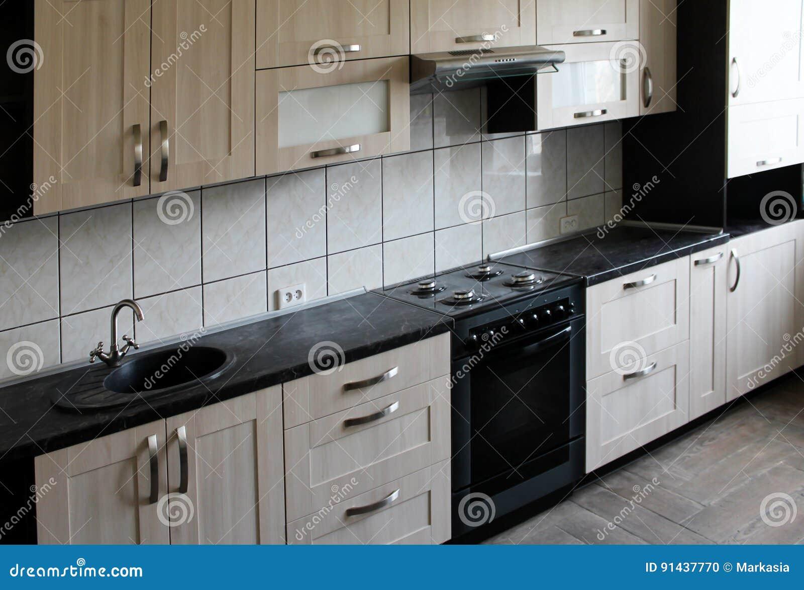 Plan De Travail Cuisine En Bois cuisine en bois avec le plan de travail noir photo stock