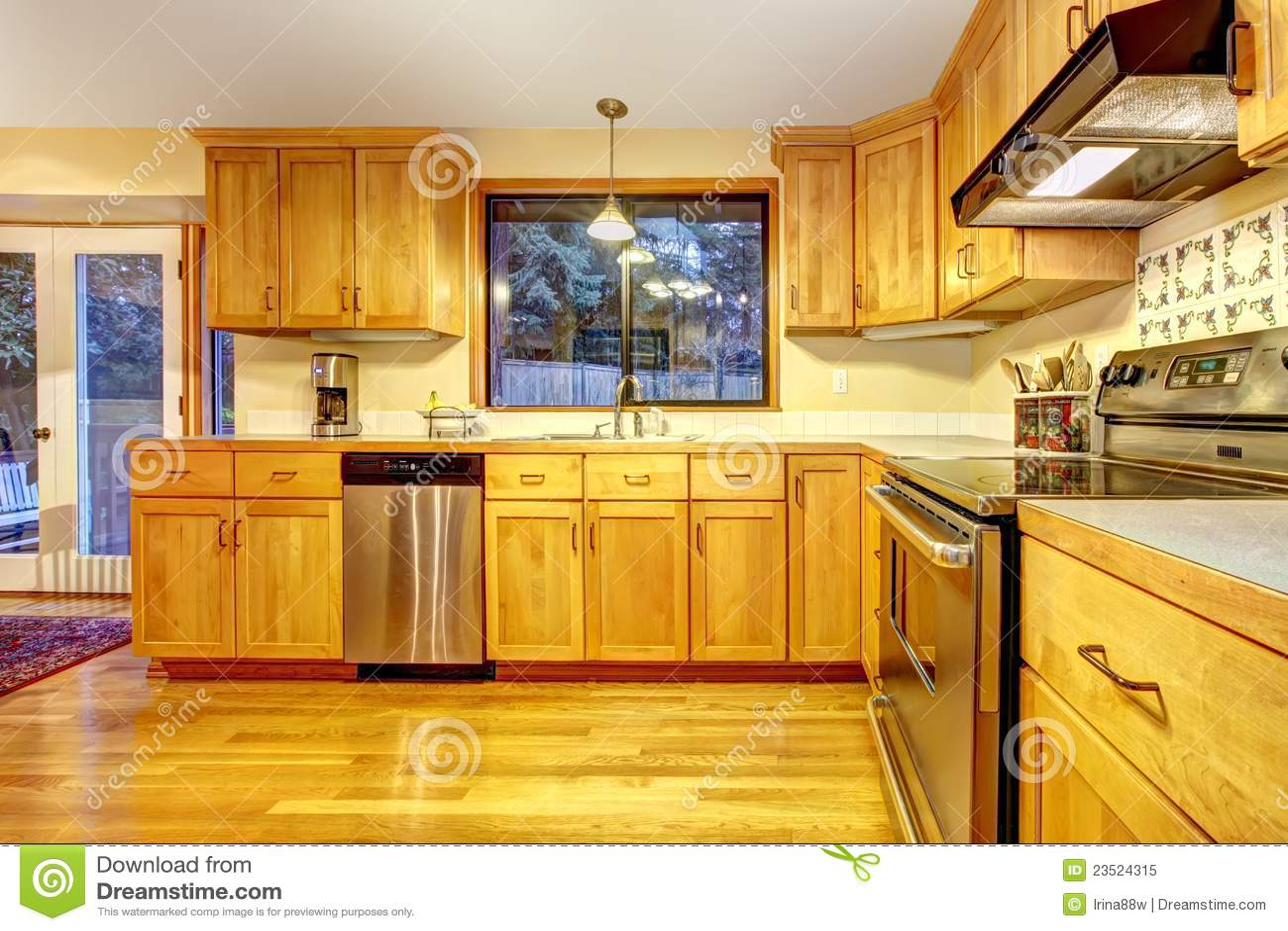 Cuisine en bois d 39 or avec le plancher en bois dur photo for Plancher bois cuisine