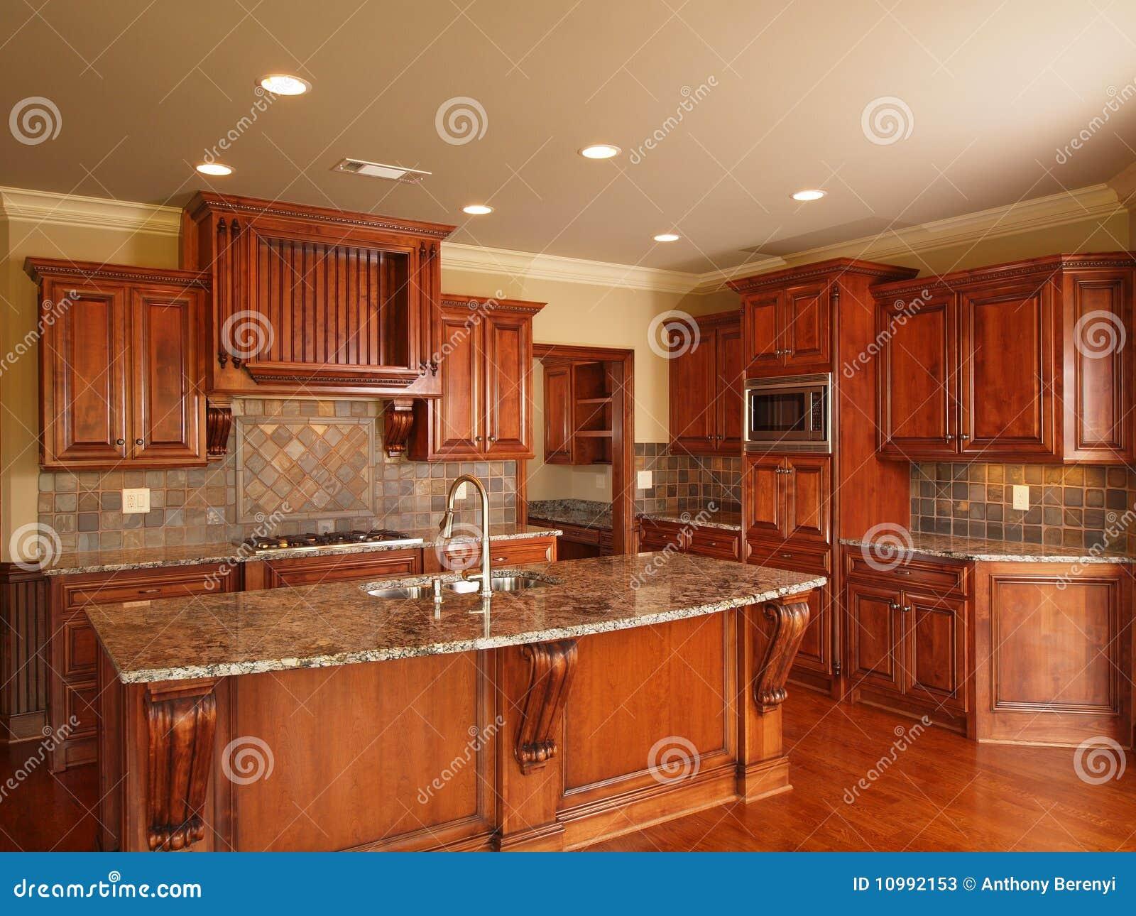Cuisine en bois fonc e la maison de luxe photos stock for Cuisine luxe bois