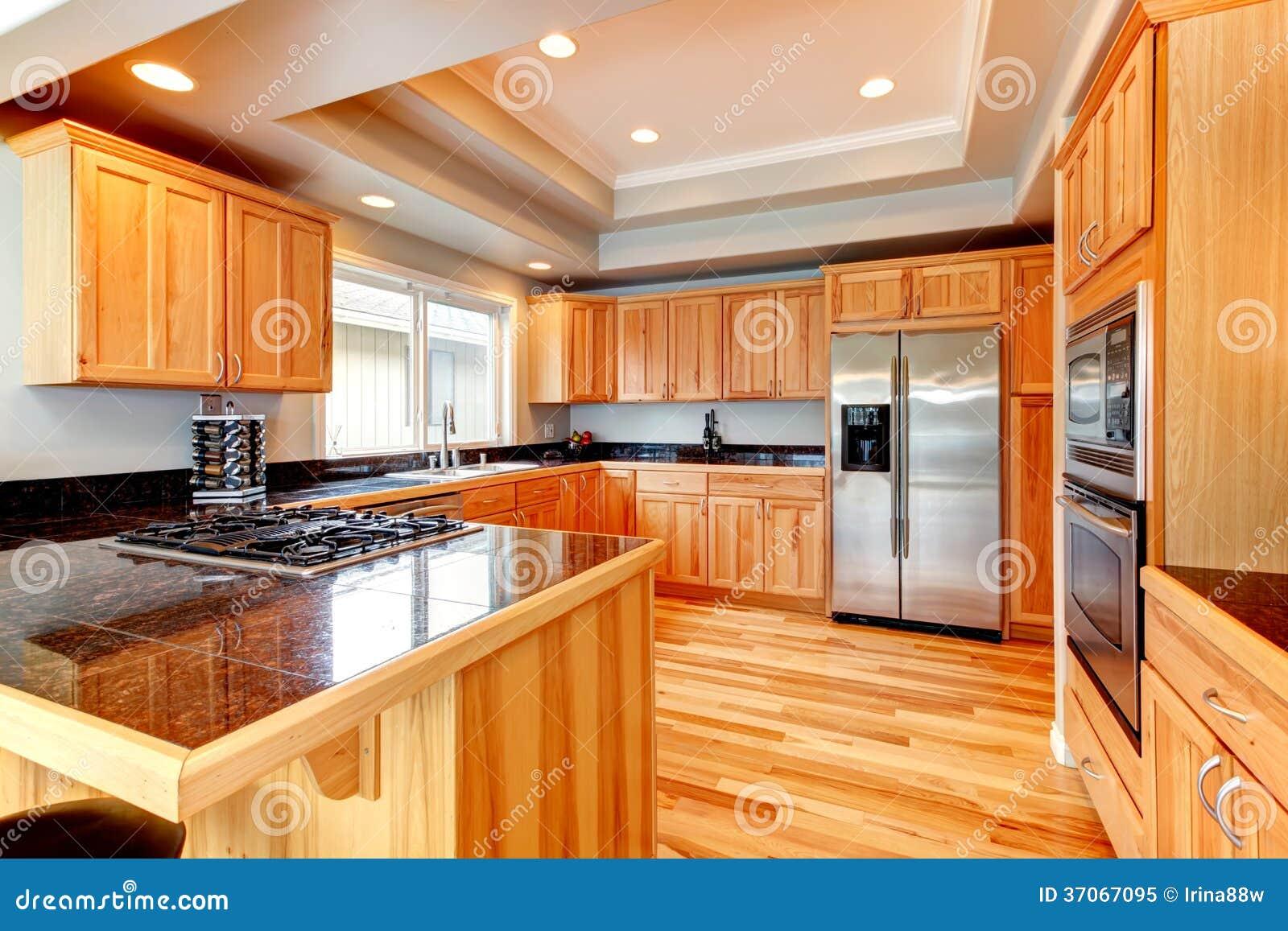 Cuisine en bois lumineuse avec le plafond coffered photo libre de droits image 37067095 for Plafond de cuisine en bois