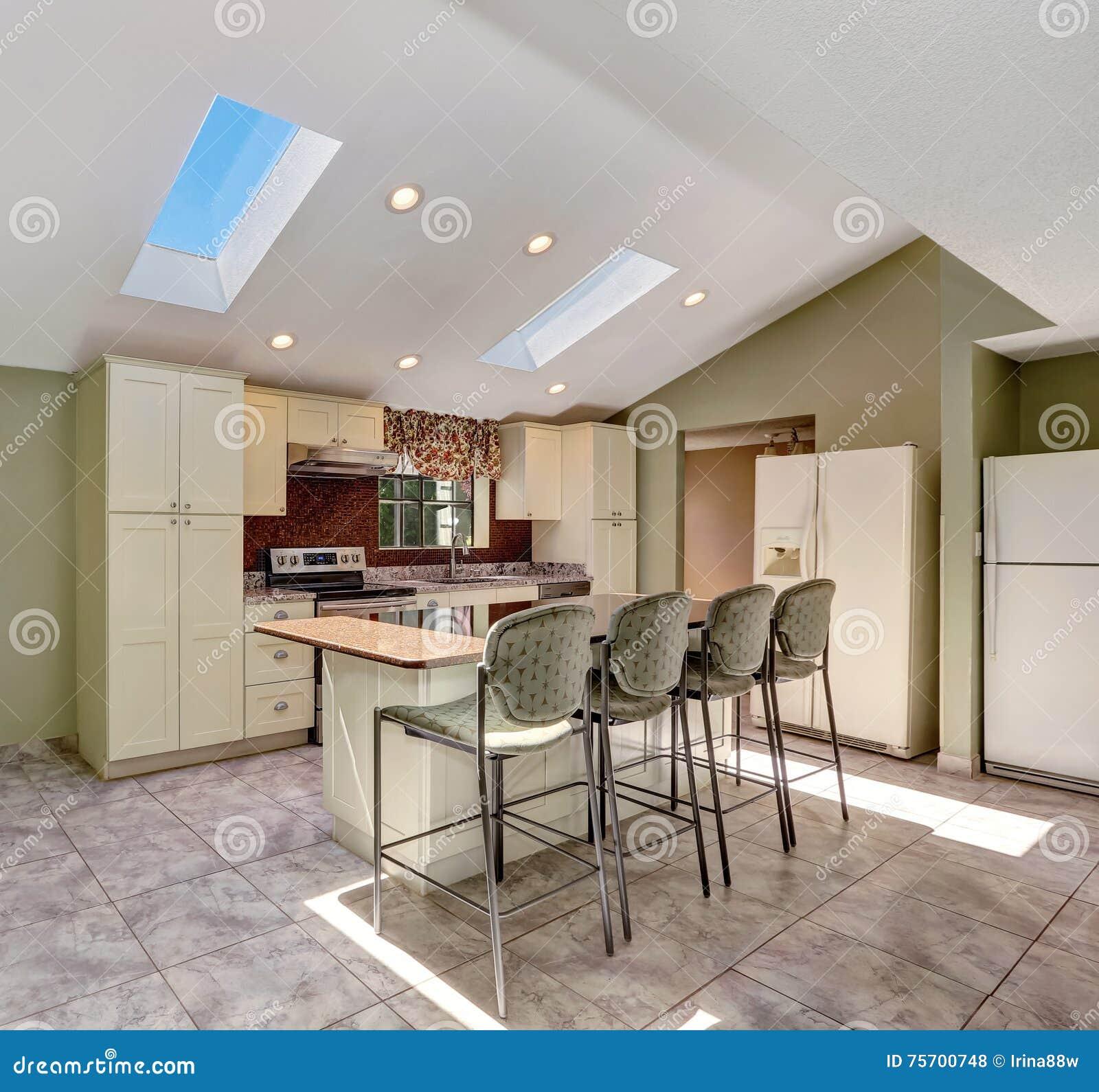Cuisine Ensoleillée Lumineuse Avec Le Plafond Voûté Et Les Lucarnes