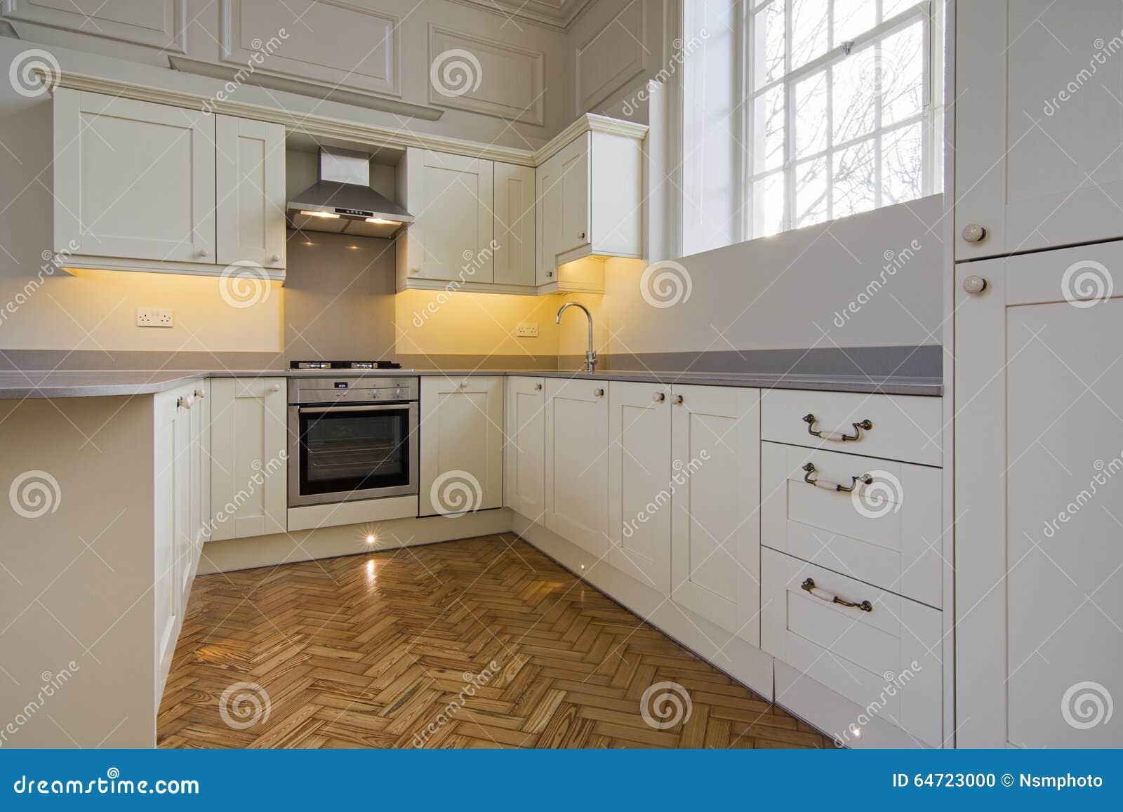 Cuisine entièrement adaptée de contemporain dans le beige photo ...