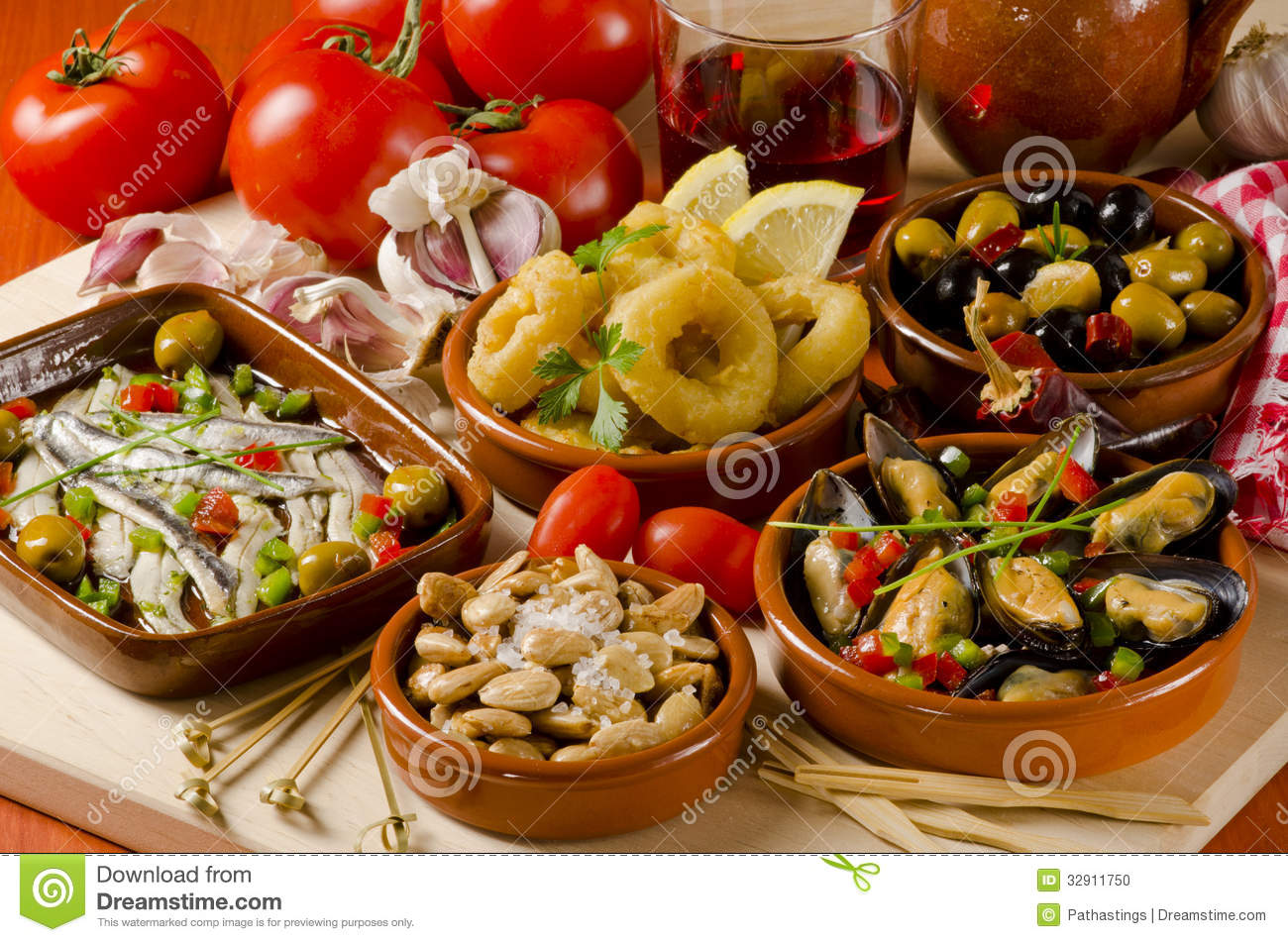 cuisine espagnole tapas assortis des plats en c ramique photo stock image 32911750. Black Bedroom Furniture Sets. Home Design Ideas