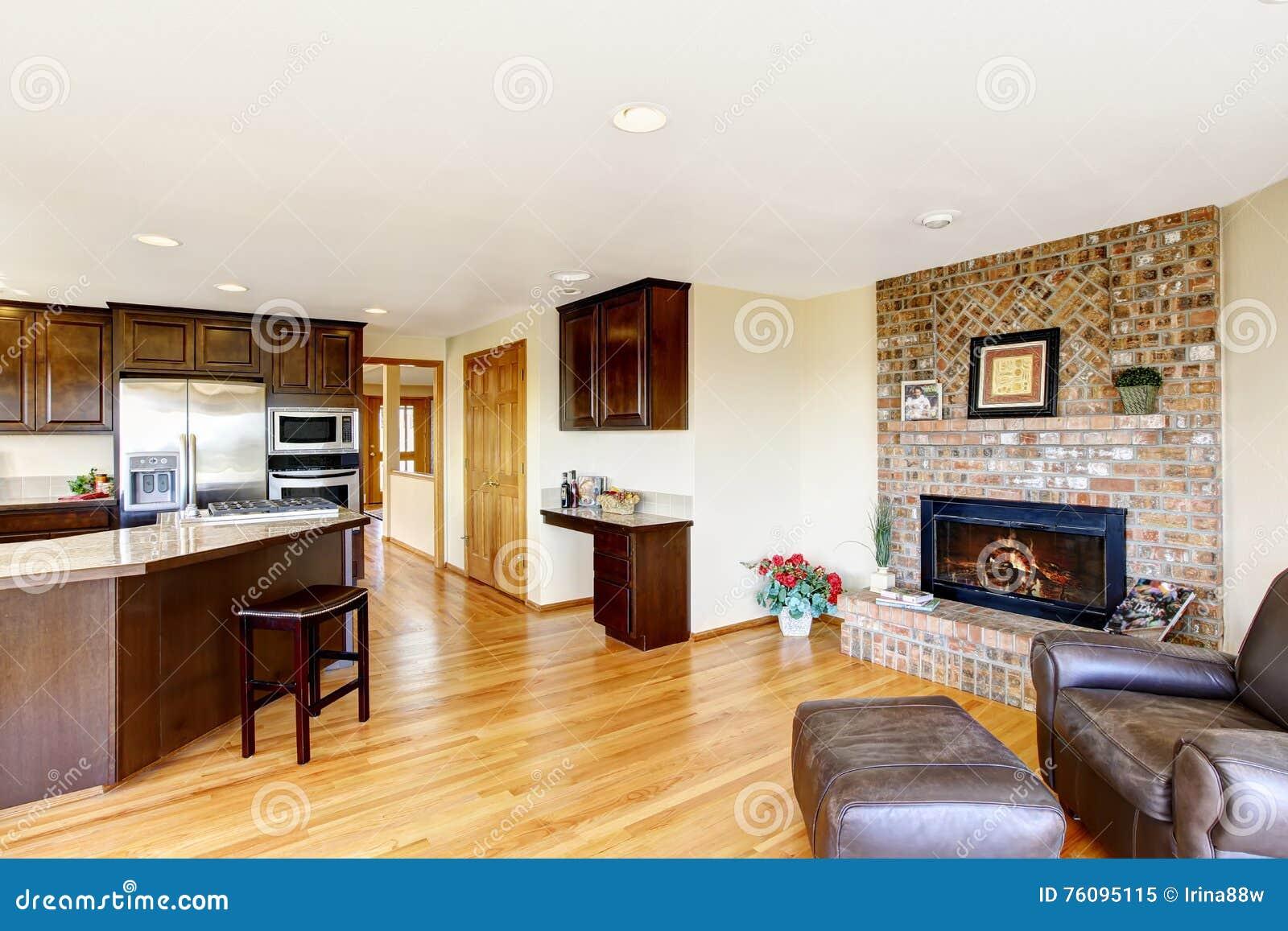 Cuisine et salon de l 39 espace ouvert avec la chemin e de - Cuisine et salon ouvert ...