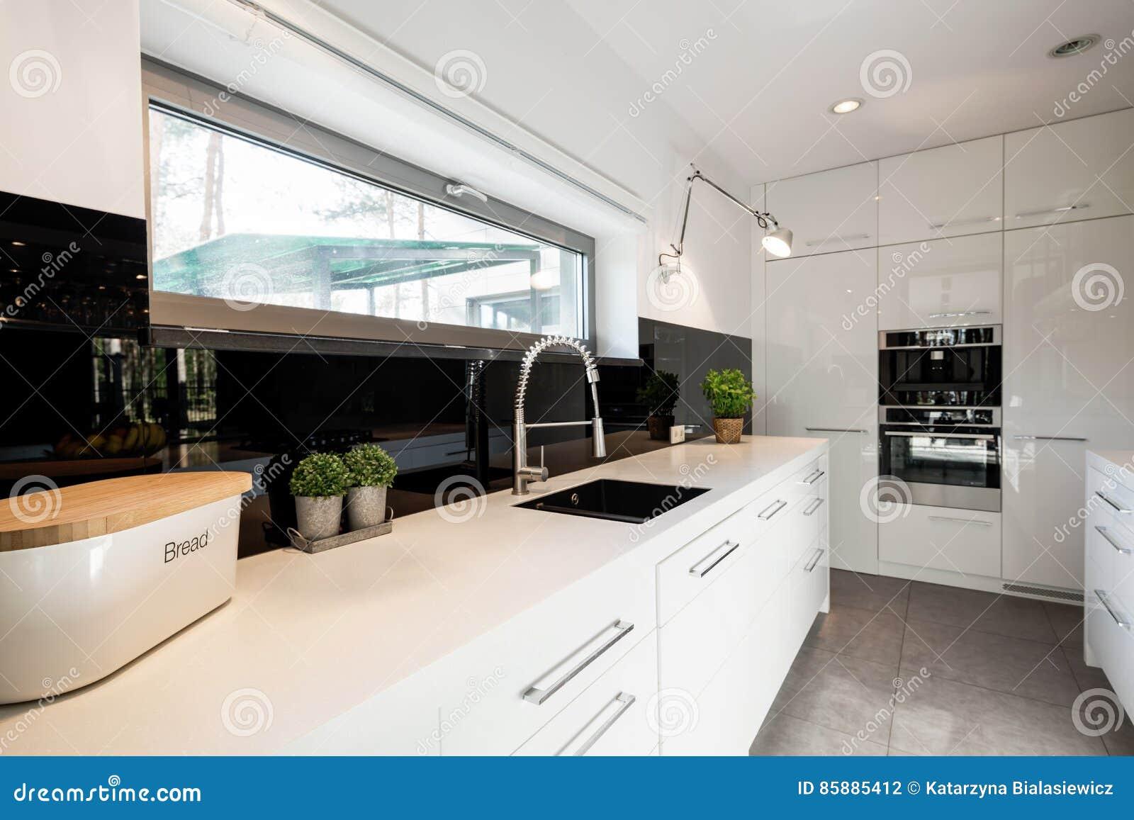 cuisine fonctionnelle avec les meubles blancs photo stock - image du