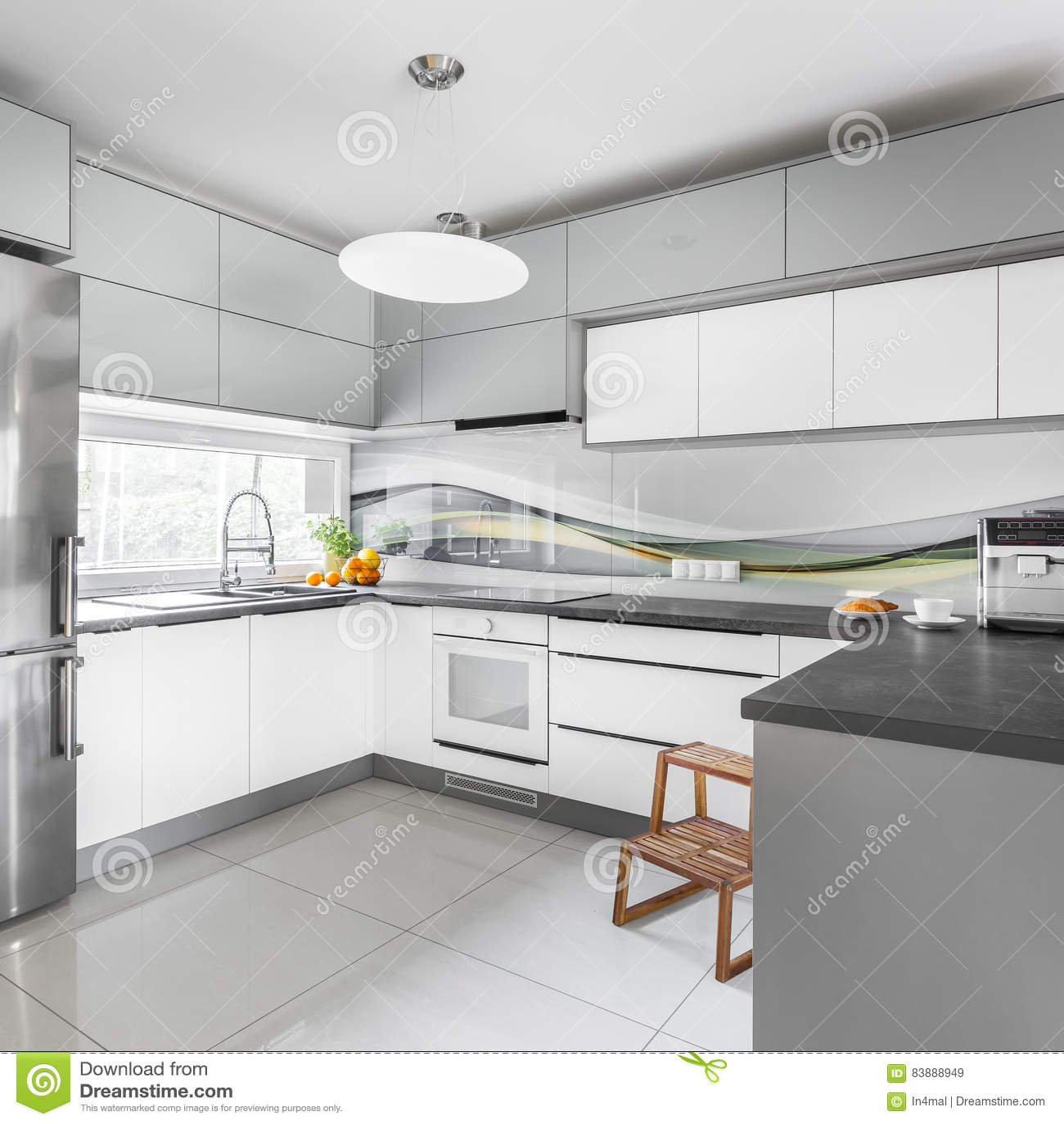 Cuisine grise et blanche image stock. Image du appartement ...