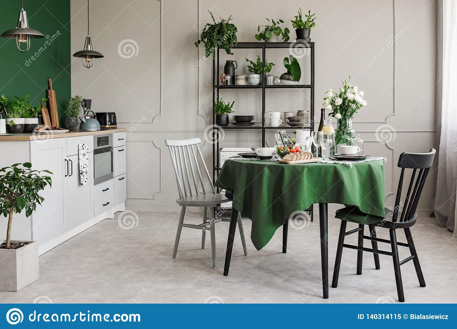 Cuisine Grise Et Verte élégante Avec Le Petit Déjeuner Sur La Table