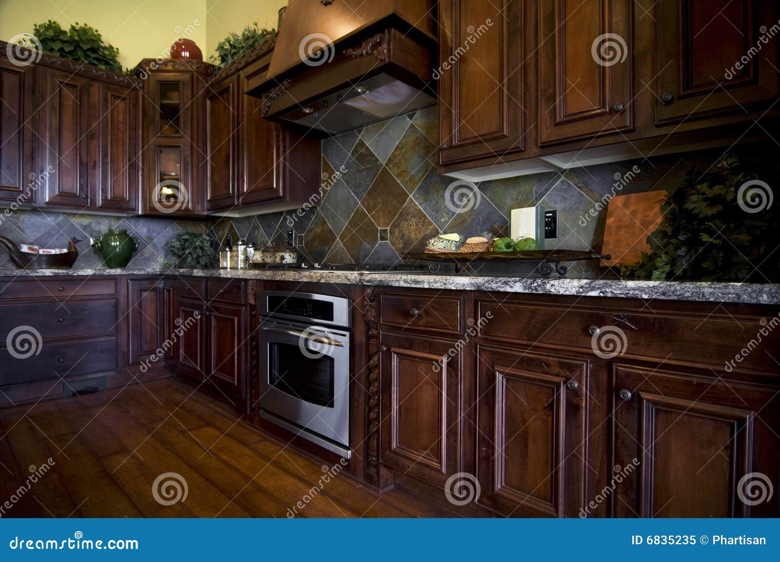 Cuisine luxueuse avec le plancher en bois dur photo libre for Plancher bois cuisine