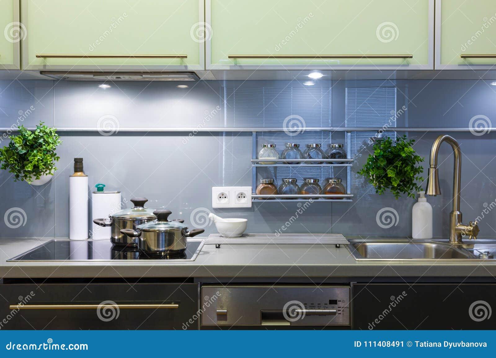 Cuisine Moderne à La Maison Avec La Vaisselle De Cuisine Image stock ...
