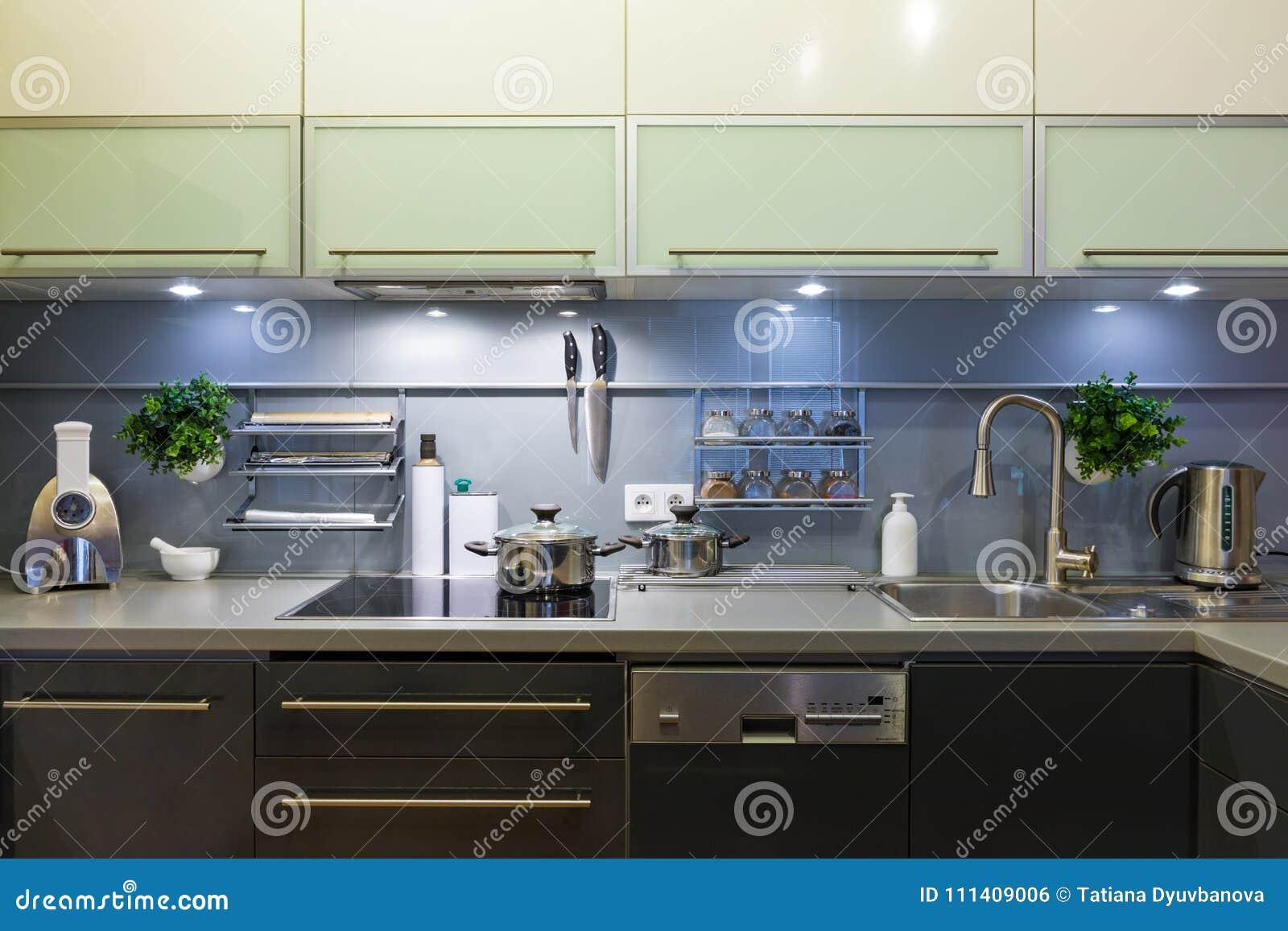 Cuisine Moderne à La Maison Avec La Vaisselle De Cuisine Photo stock ...