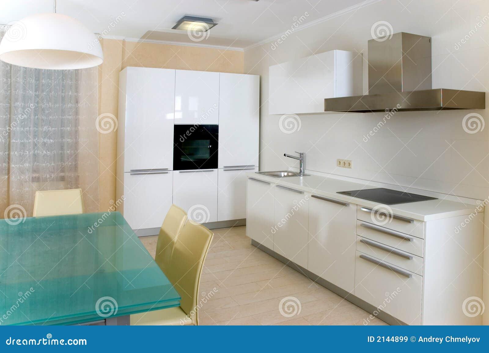 Cuisine moderne avec des meubles images libres de droits for Meuble de cuisine moderne