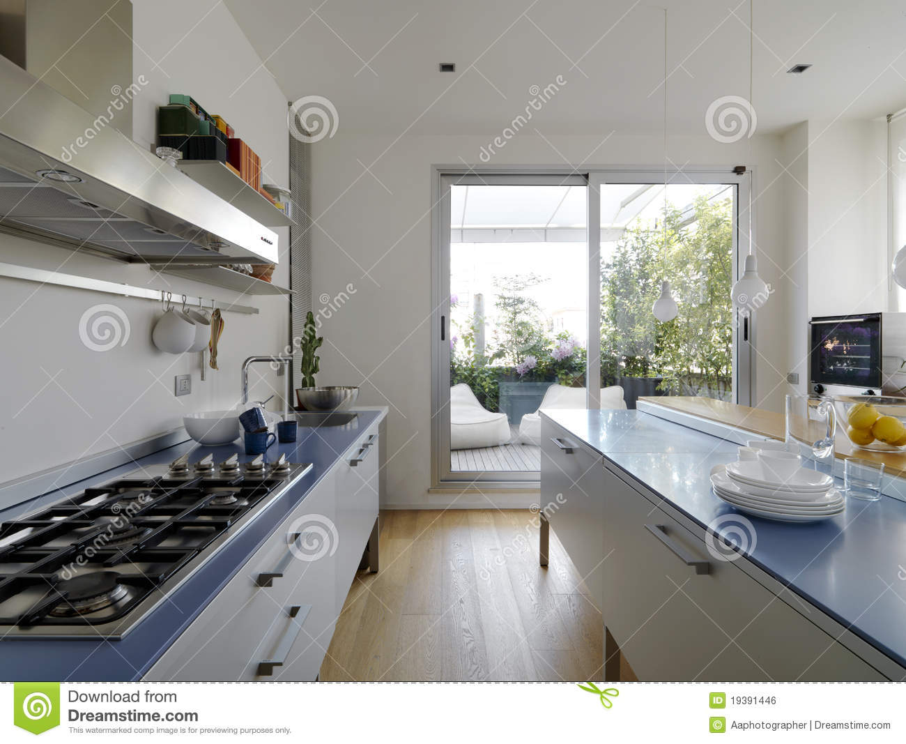 Cuisine moderne avec la terrasse photo stock image 19391446 for Salon de terrasse design
