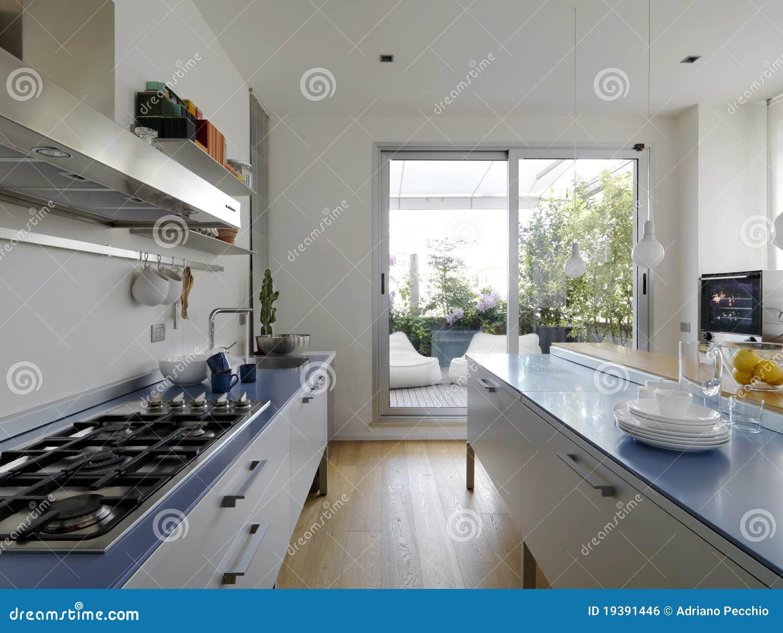 Cuisine moderne avec la terrasse image libre de droits image 19391446 for Maison avec cuisine moderne