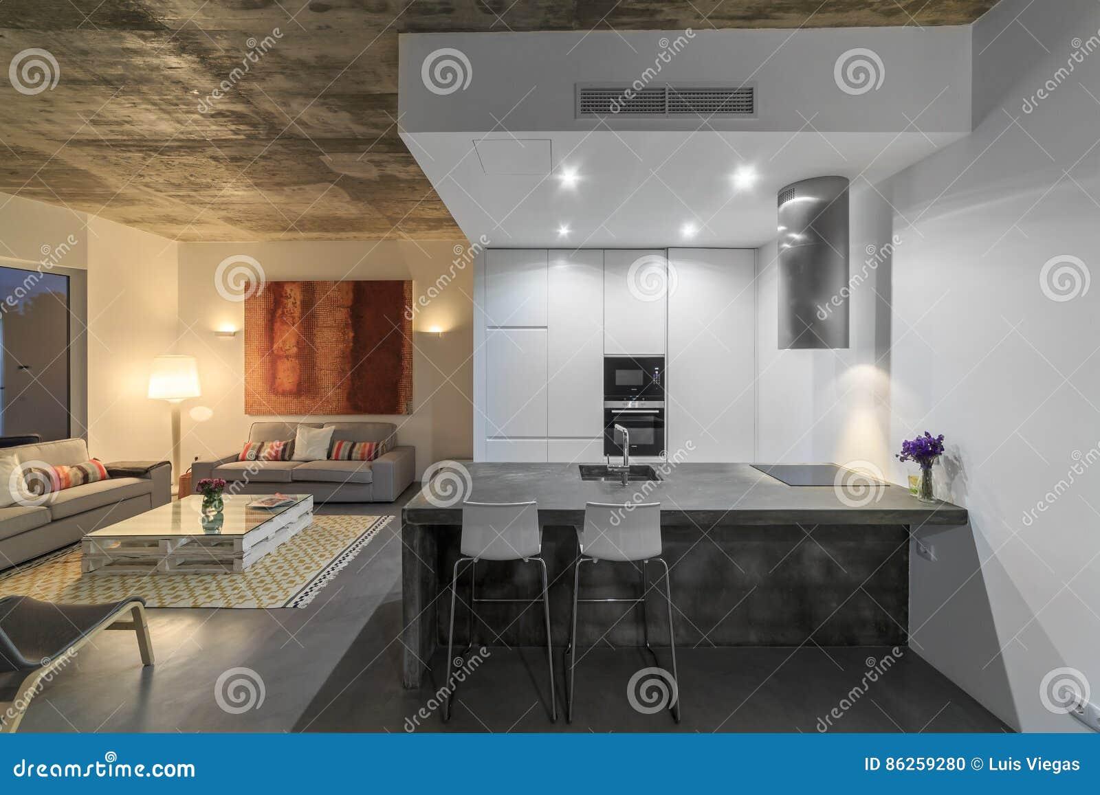 Cuisine moderne avec le plancher de tuiles gris et le mur for Cuisine moderne gris et blanc