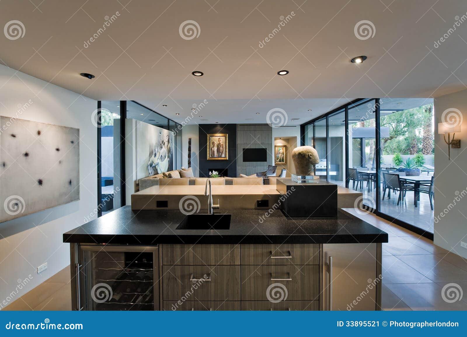 cuisine moderne avec le salon et le porche derri re image. Black Bedroom Furniture Sets. Home Design Ideas