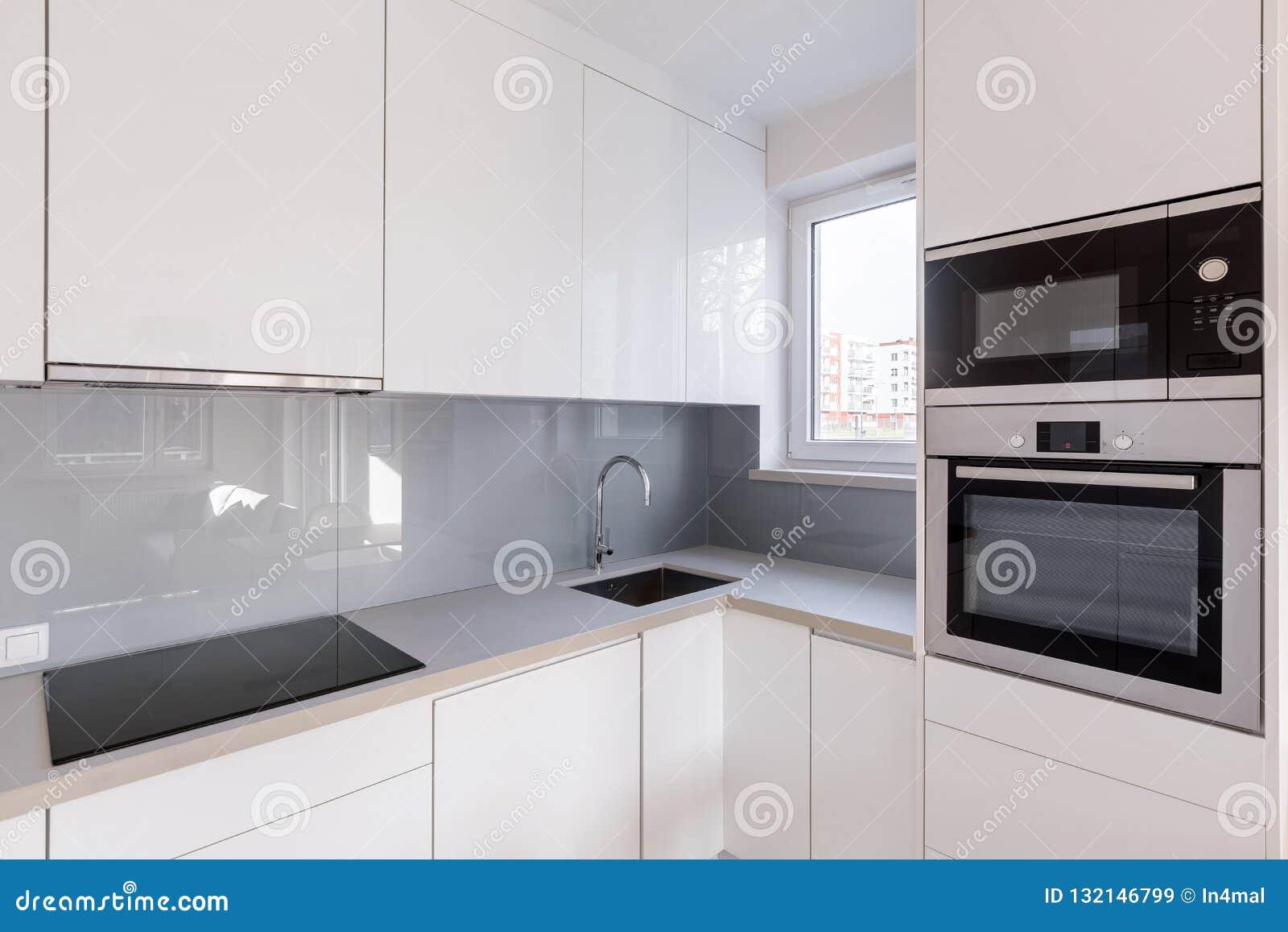Cuisine Moderne Avec Les Placards Blancs Image stock - Image du ...