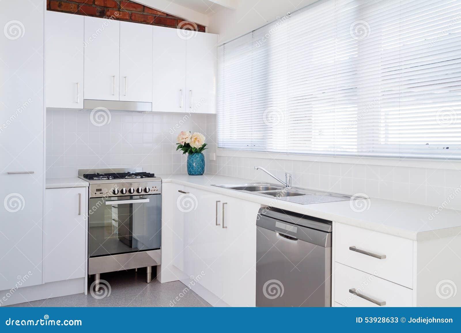 Cuisine moderne blanche lumineuse d 39 appartement image for Cuisine moderne appartement