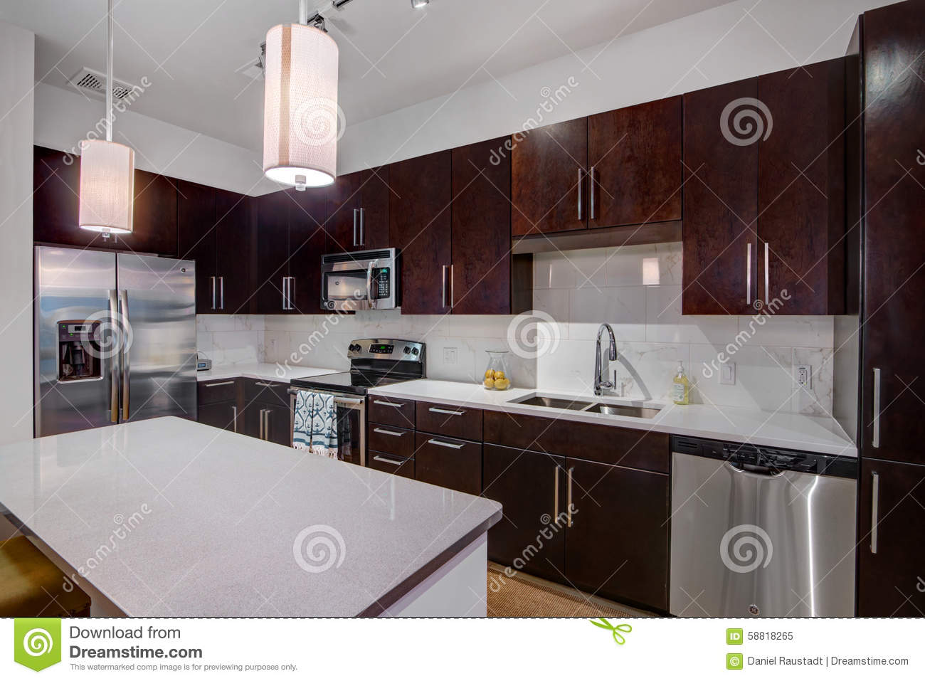 Cuisine moderne d 39 appartement photo stock image 58818265 - Comment recuperer une caution d appartement ...