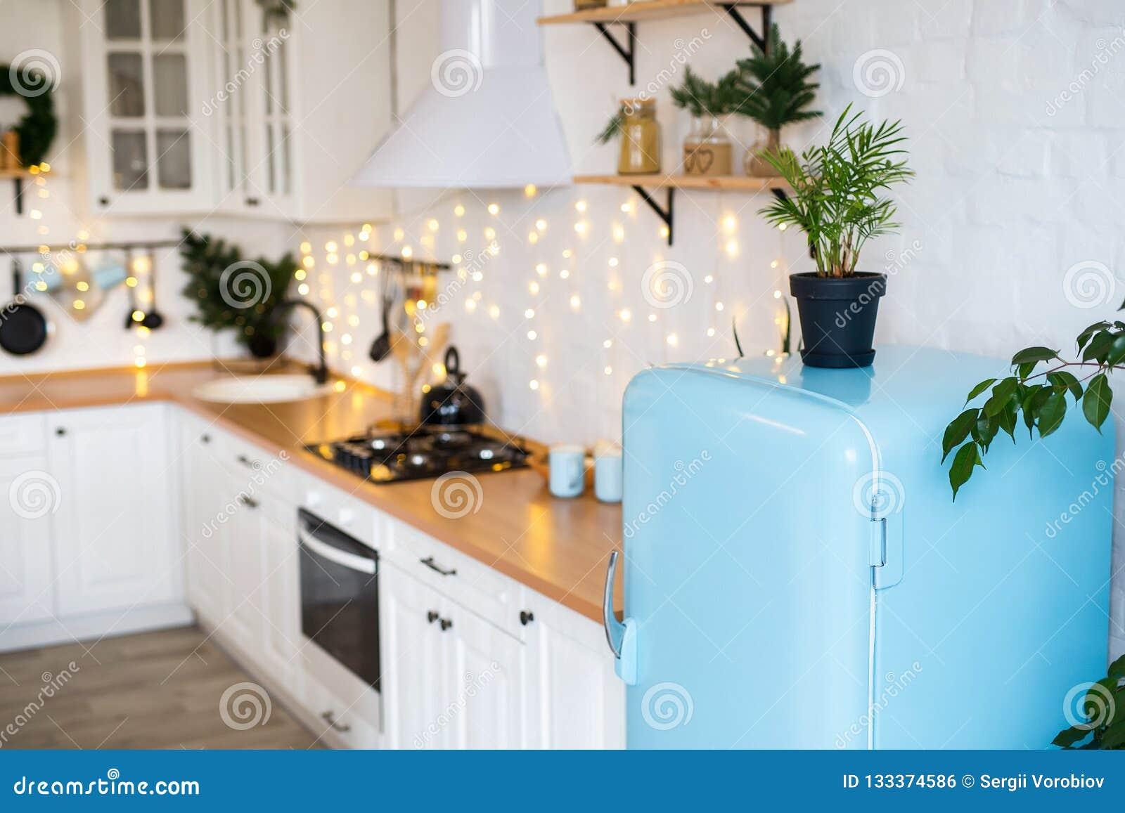 Cuisine Moderne Intérieure Avec L\'île, évier, Cabinets Dans ...