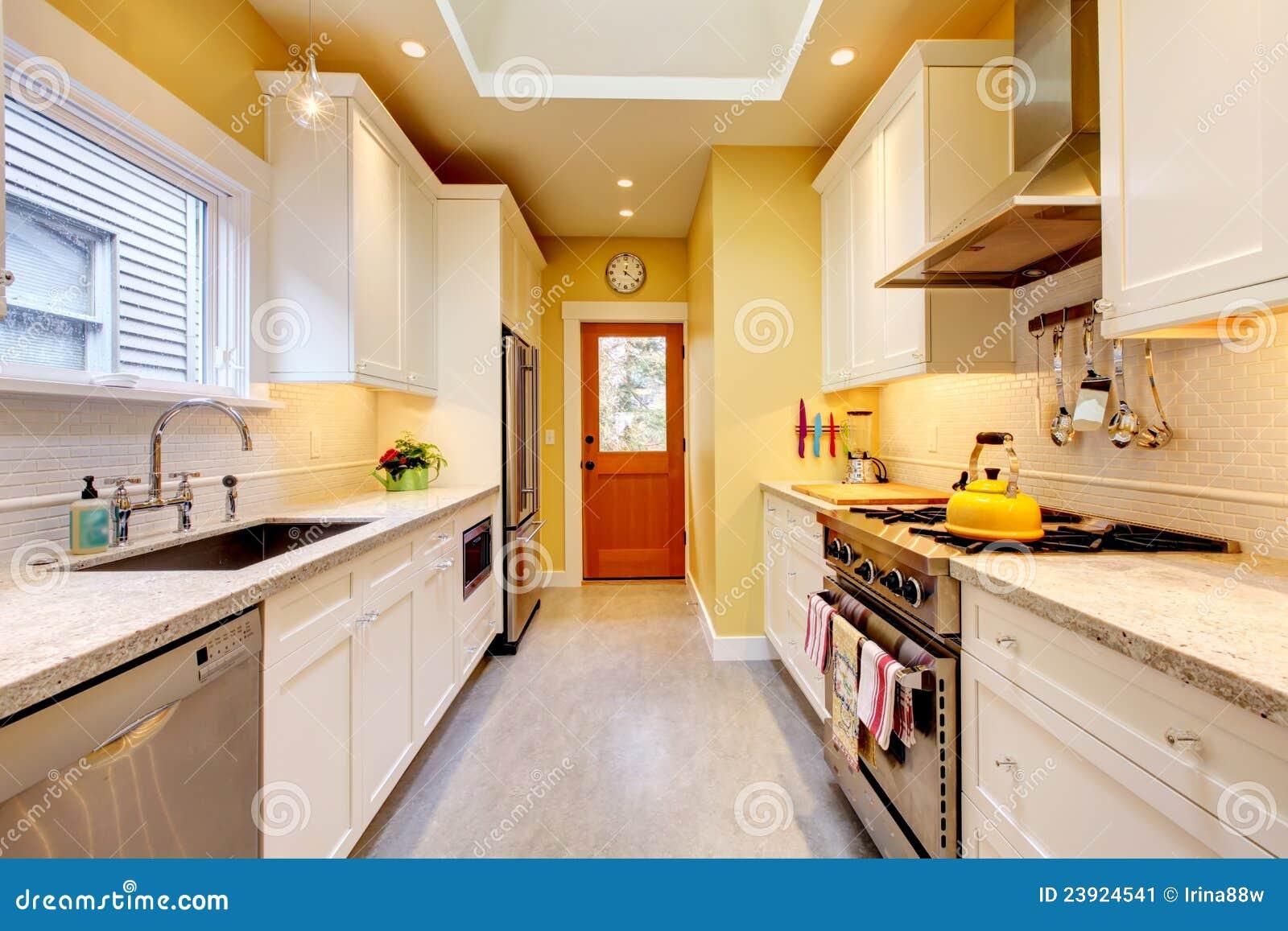 Cuisine moderne étroite jaune et blanche. image stock   image ...