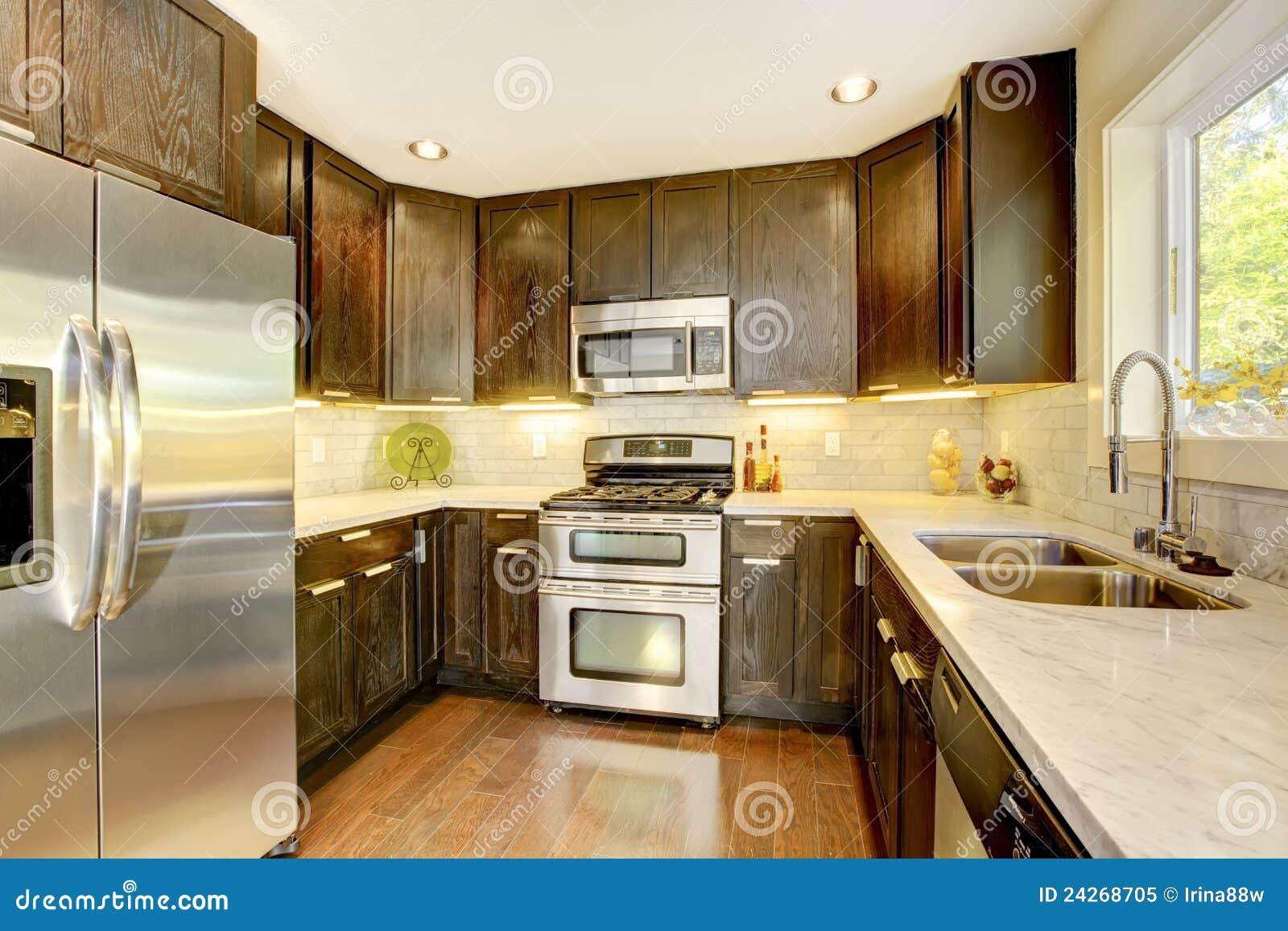 Cuisine neuve de luxe moderne de brun foncé et de blanc. photo ...