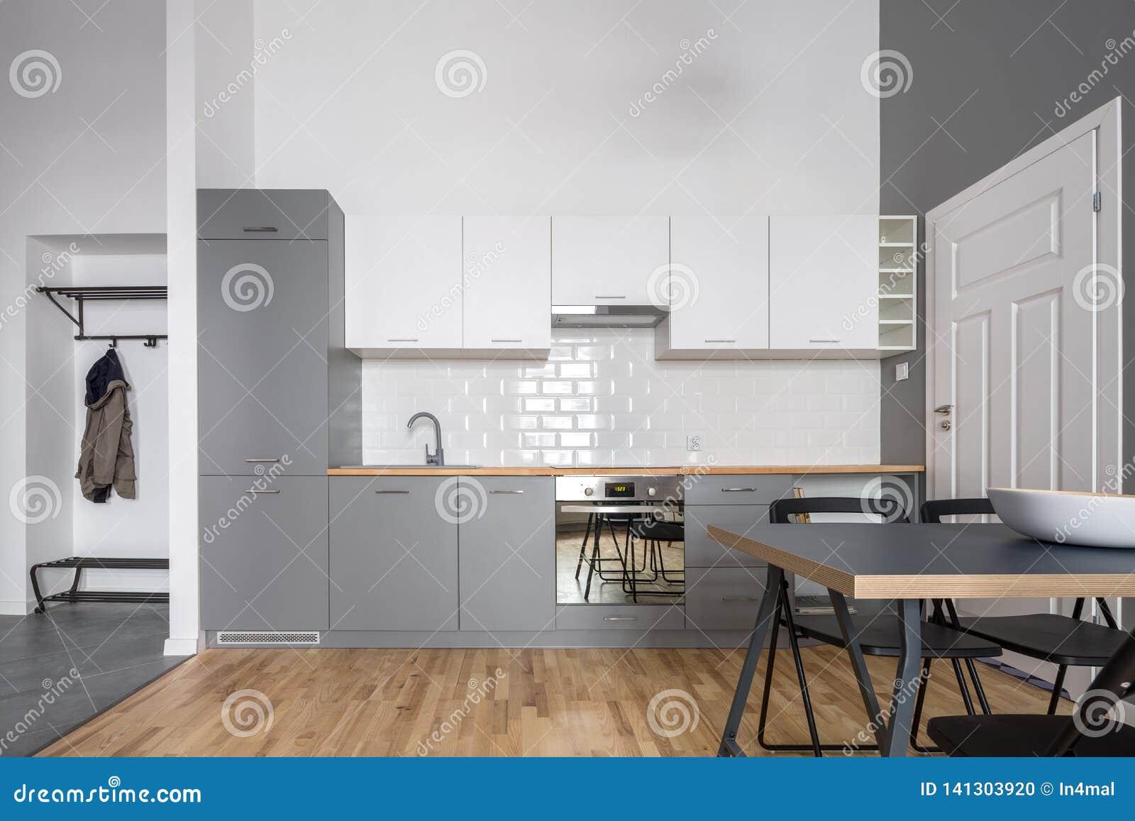 Cuisine Ouverte Grise Et Blanche Photo stock - Image du gris, diner ...