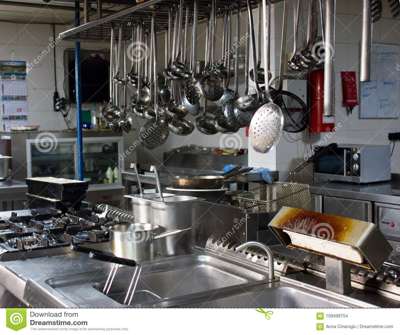 Cuisine Professionnelle Dans Le Restaurant Lames En Acier Pinces