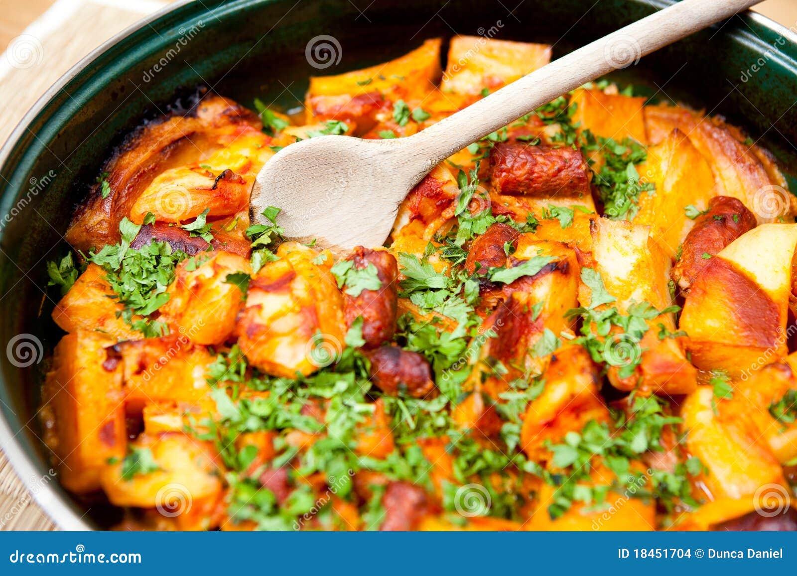 Cuisine Roumaine - Viande Et Pommes De Terre Images stock - Image: 18451704