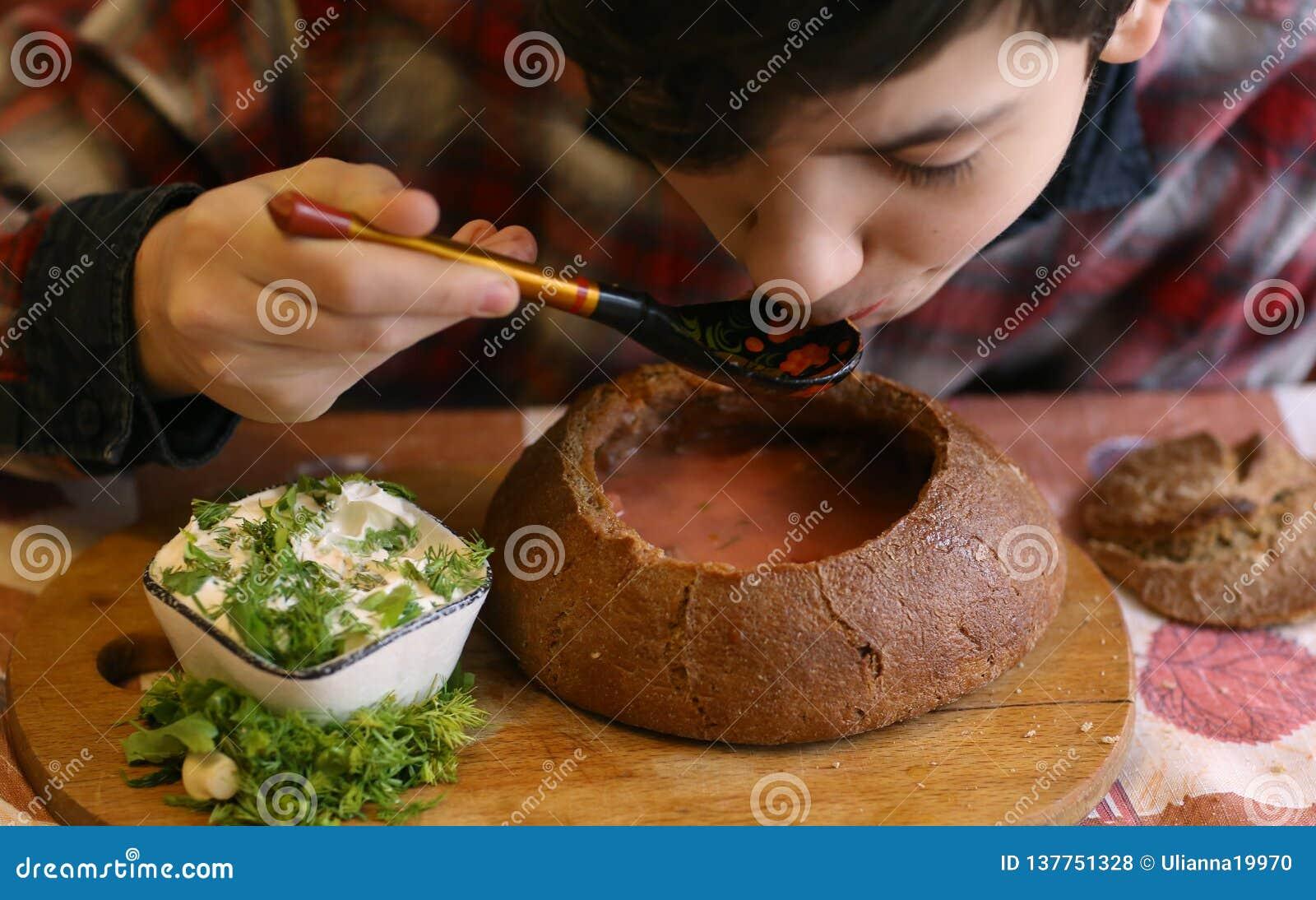 Cuisine traditionnelle russe - soupe à la betterave rouge de borsch avec le sourcream et aneth en pain rural de style de seigle r