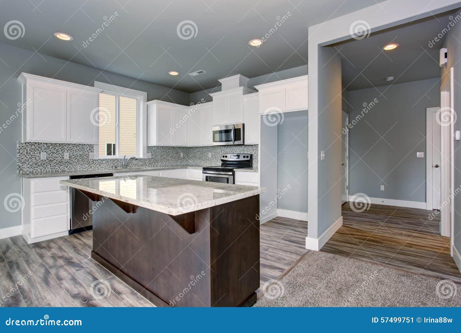 cuisine unique avec le plancher en bois dur gris photo stock image 57499751. Black Bedroom Furniture Sets. Home Design Ideas