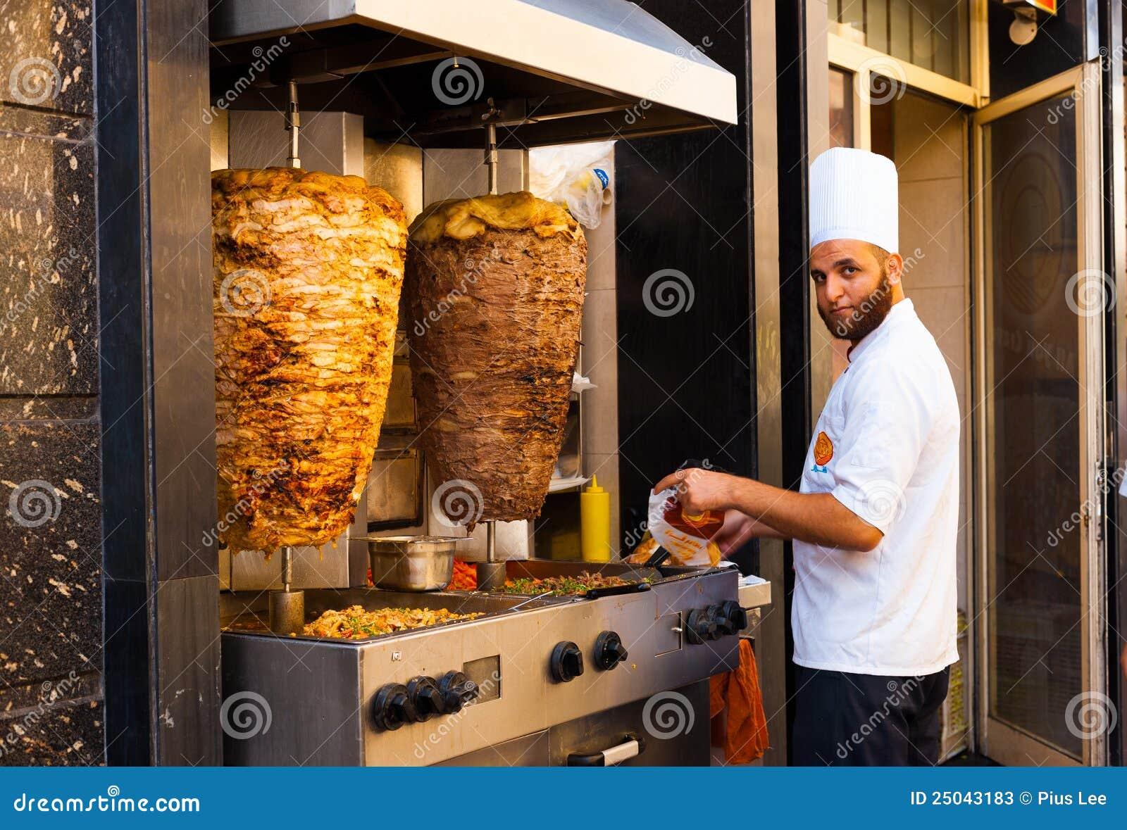 cuisinier de viande de kebab d 39 agneau de poulet de gril de